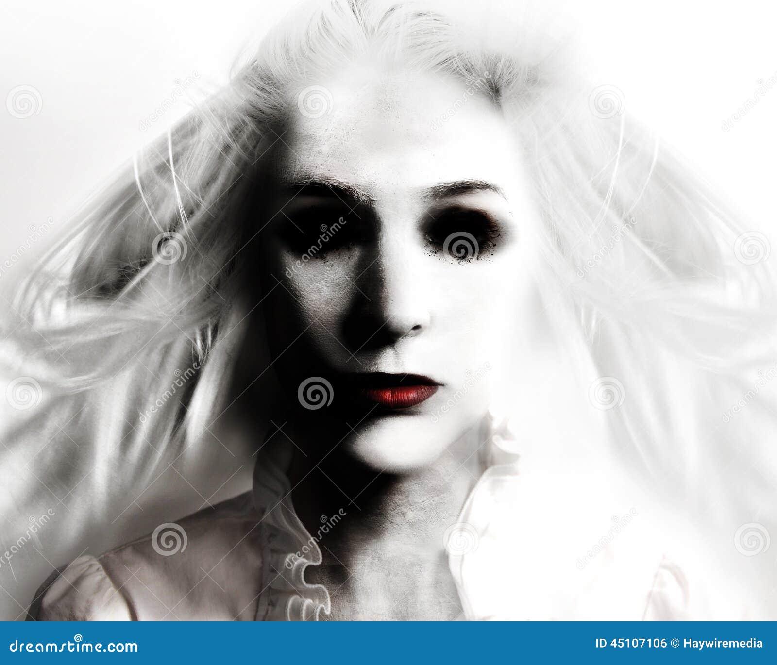Mujer malvada asustadiza del fantasma en blanco