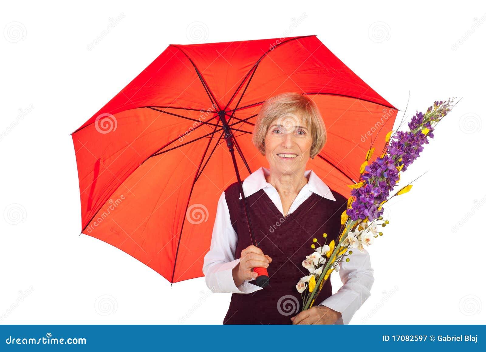 Mujer mayor atractiva con el paraguas