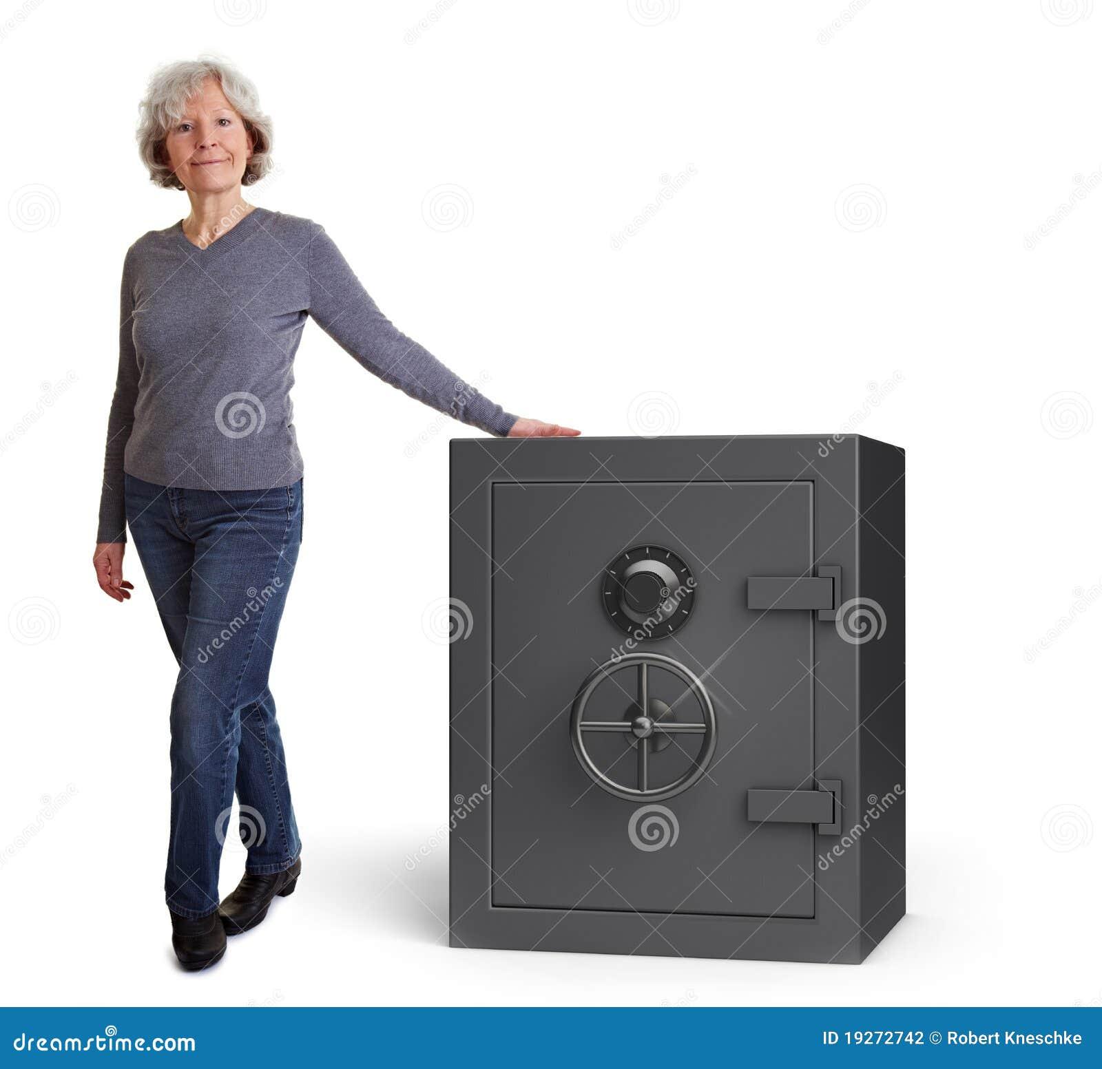 Mujer mayor con la cámara acorazada