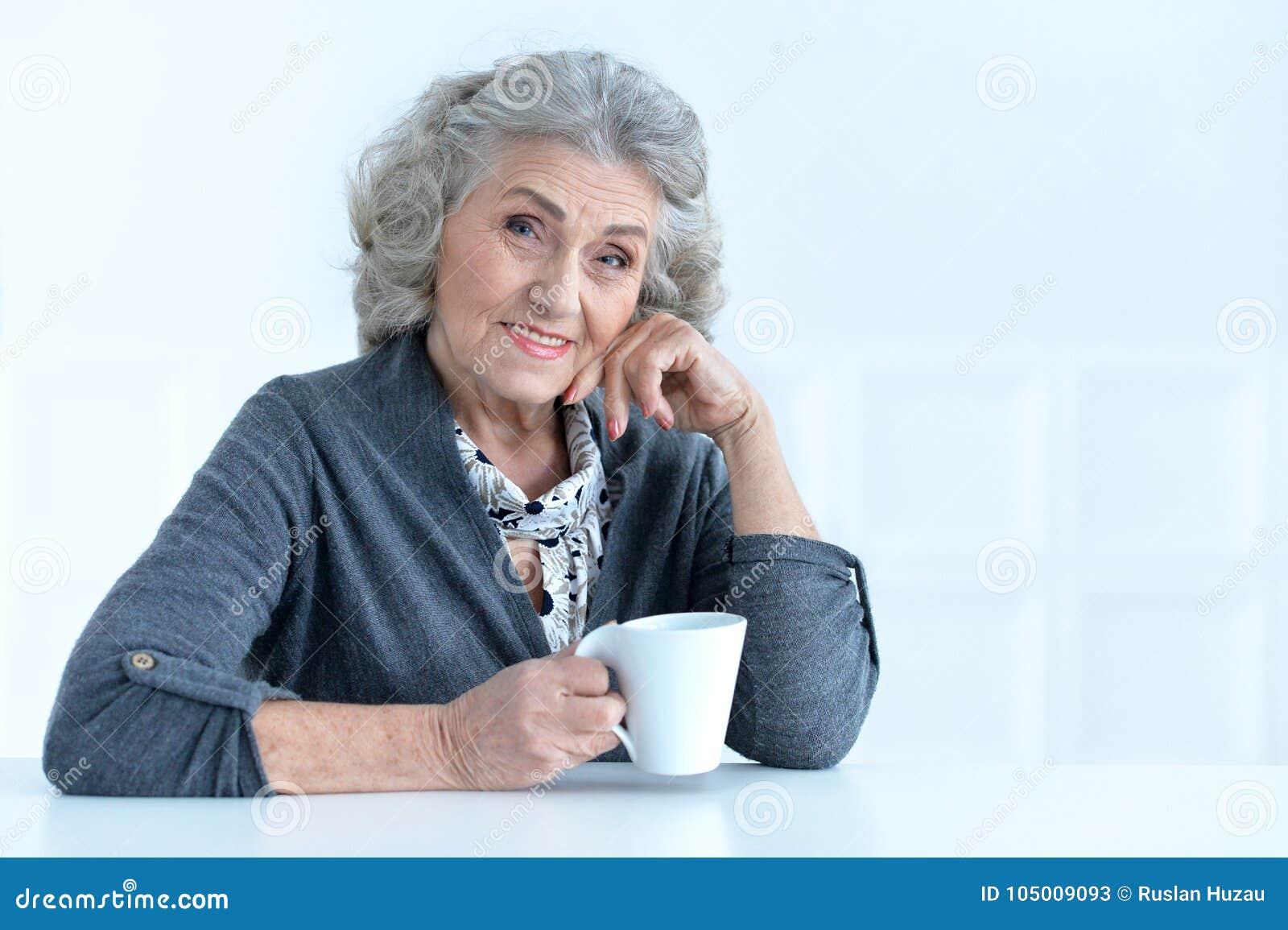 Mujer mayor con la taza de café