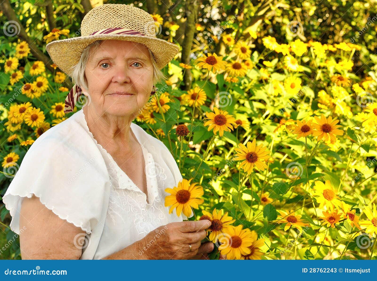 Mujer mayor con las flores.