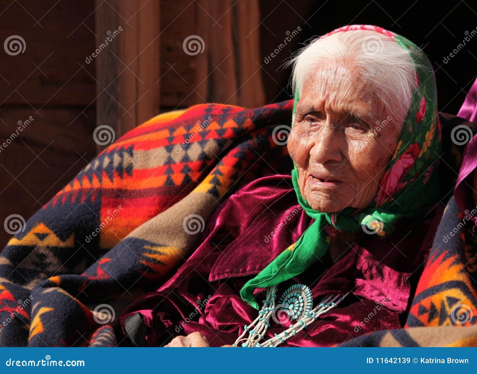 Mujer mayor del nativo americano