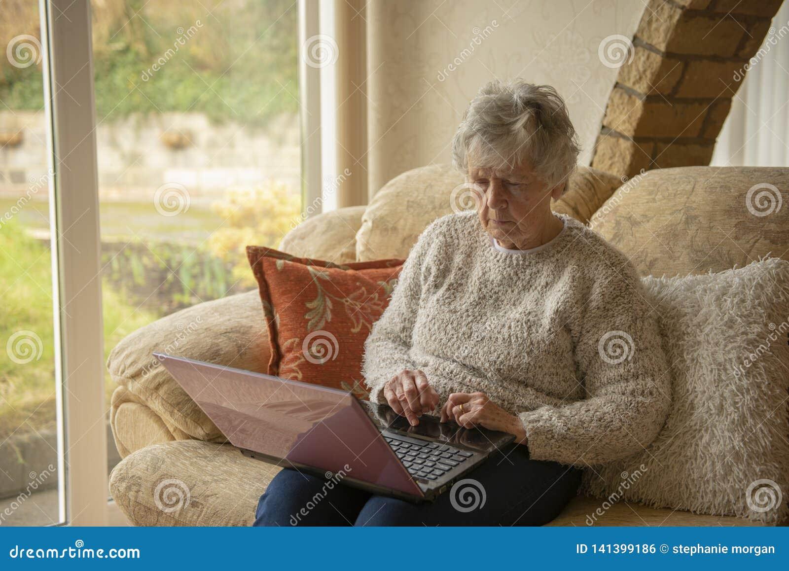 Mujer mayor en la computadora portátil