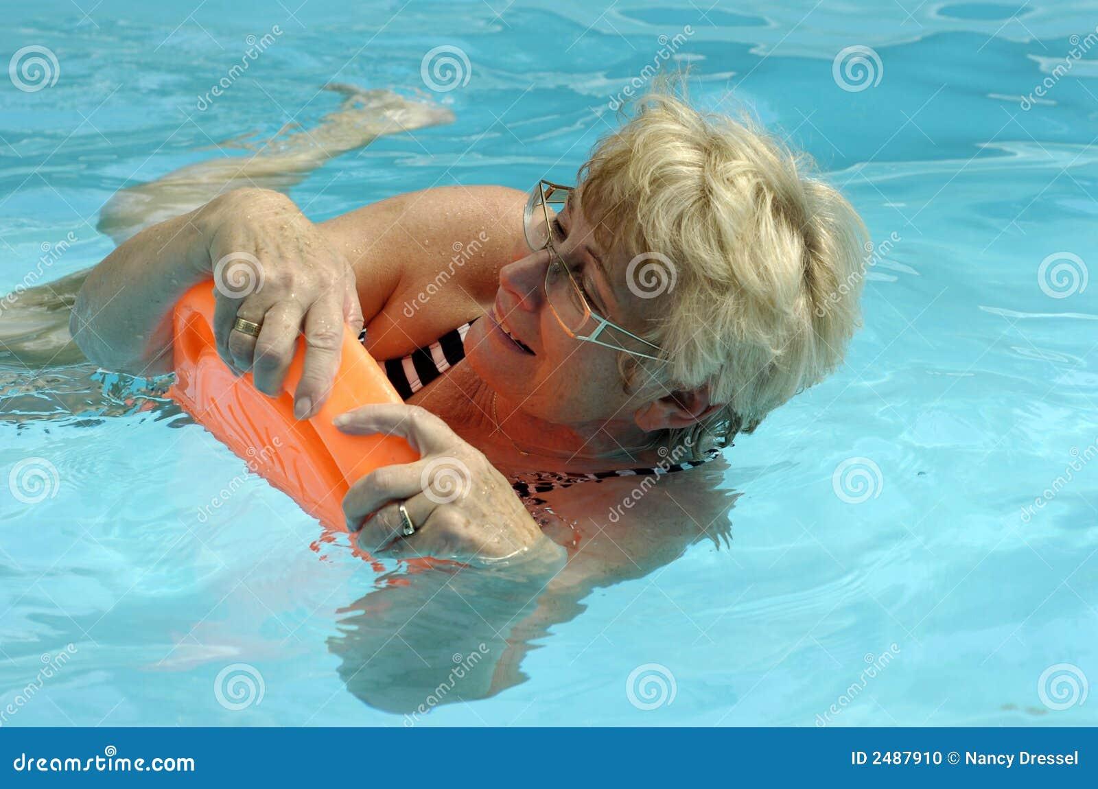 Mujer mayor en piscina