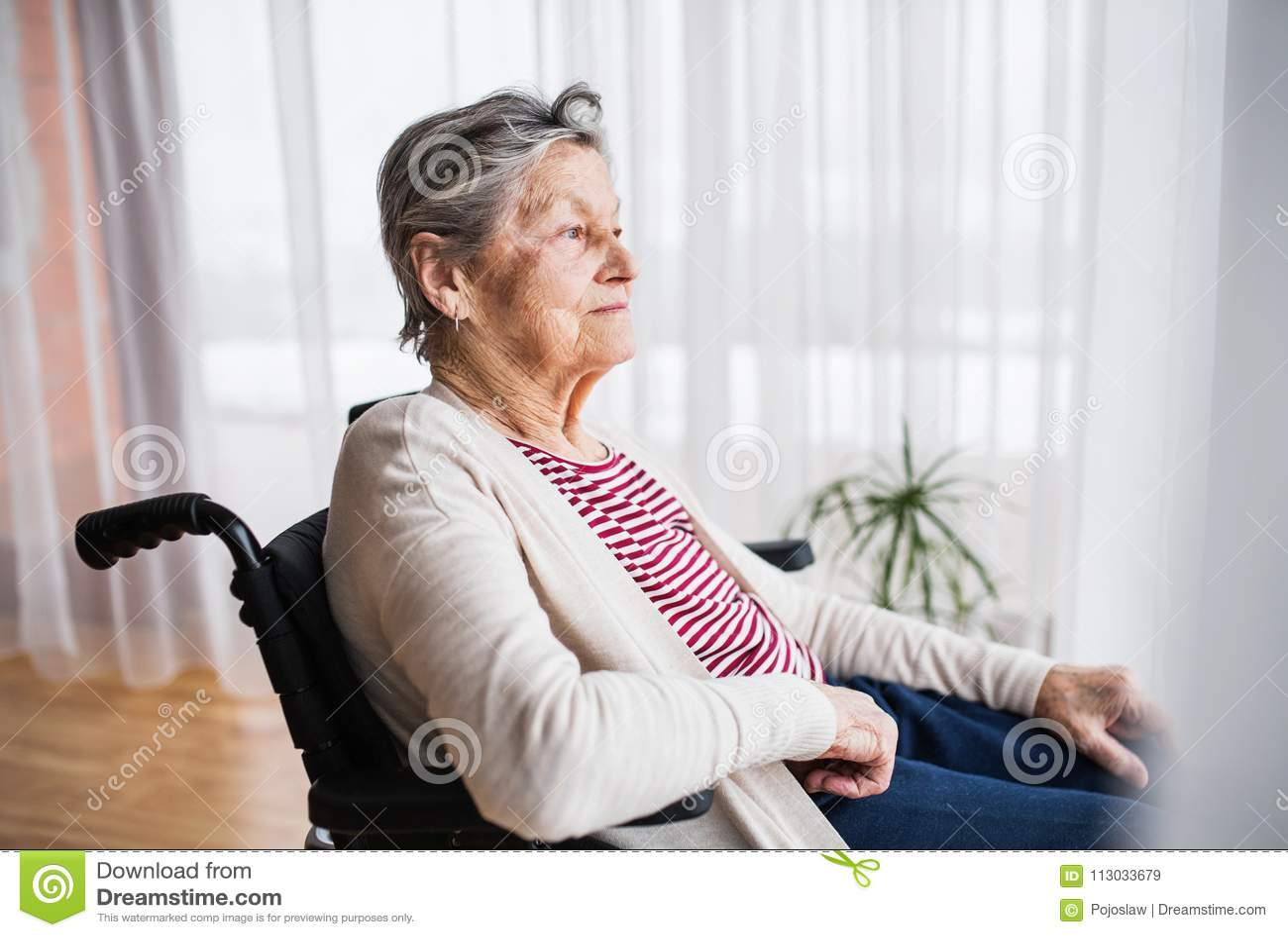 Mujer mayor en silla de ruedas en casa