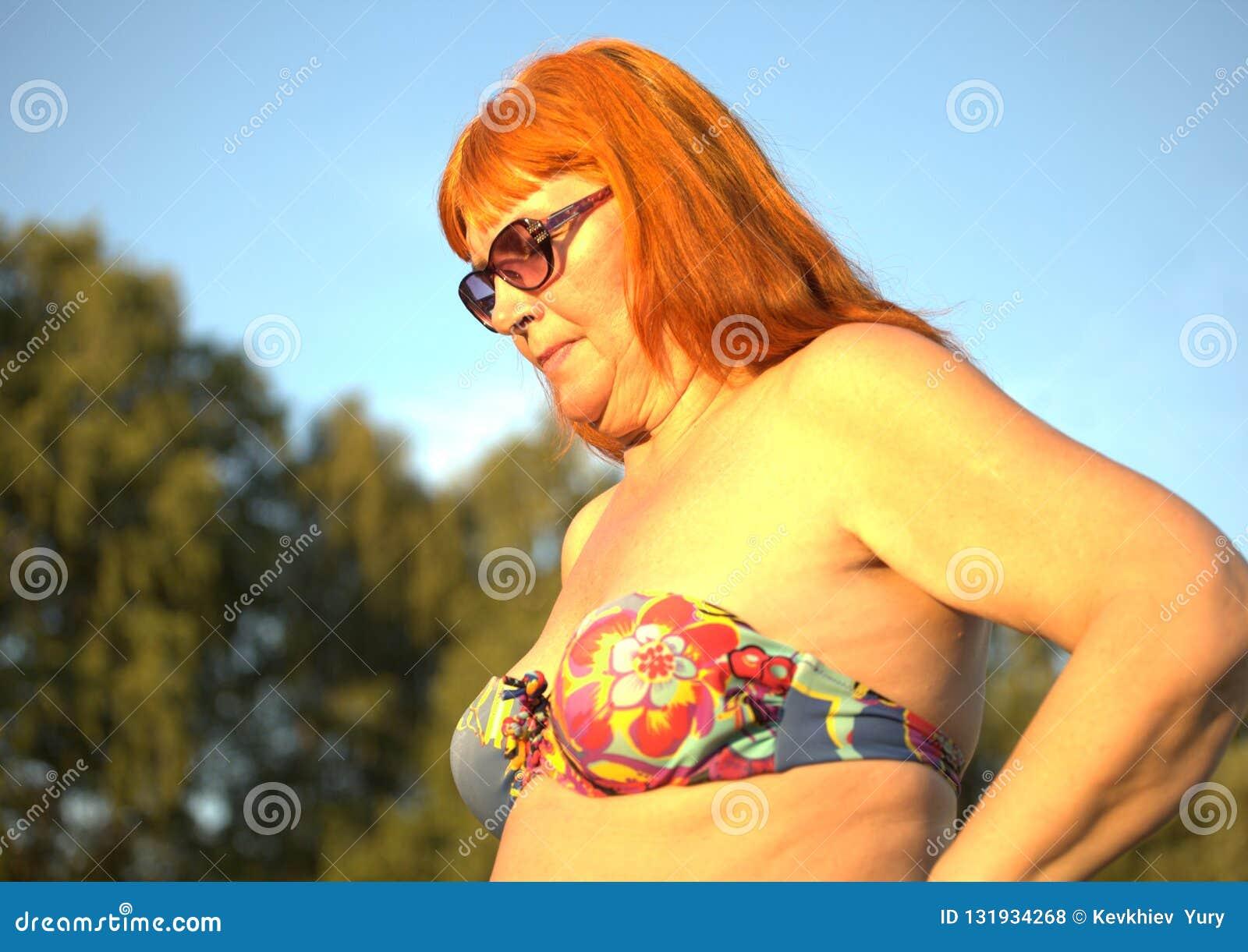 Mujer mayor en traje de baño