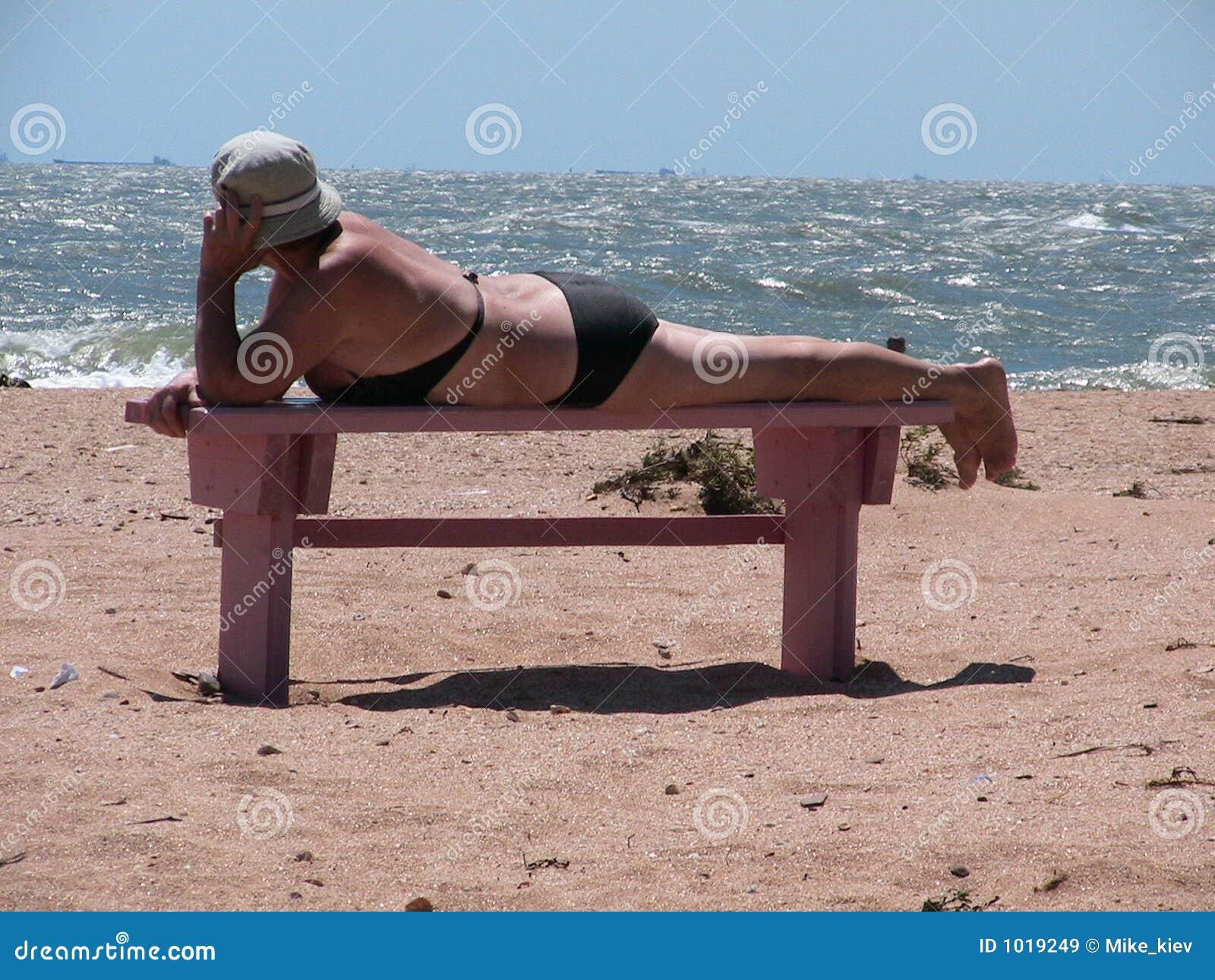 Mujer mayor en una playa