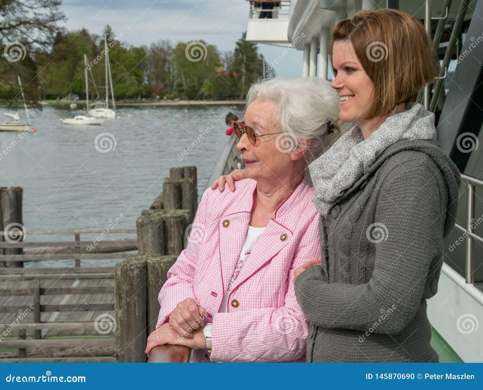 Mujer mayor feliz con la hija joven