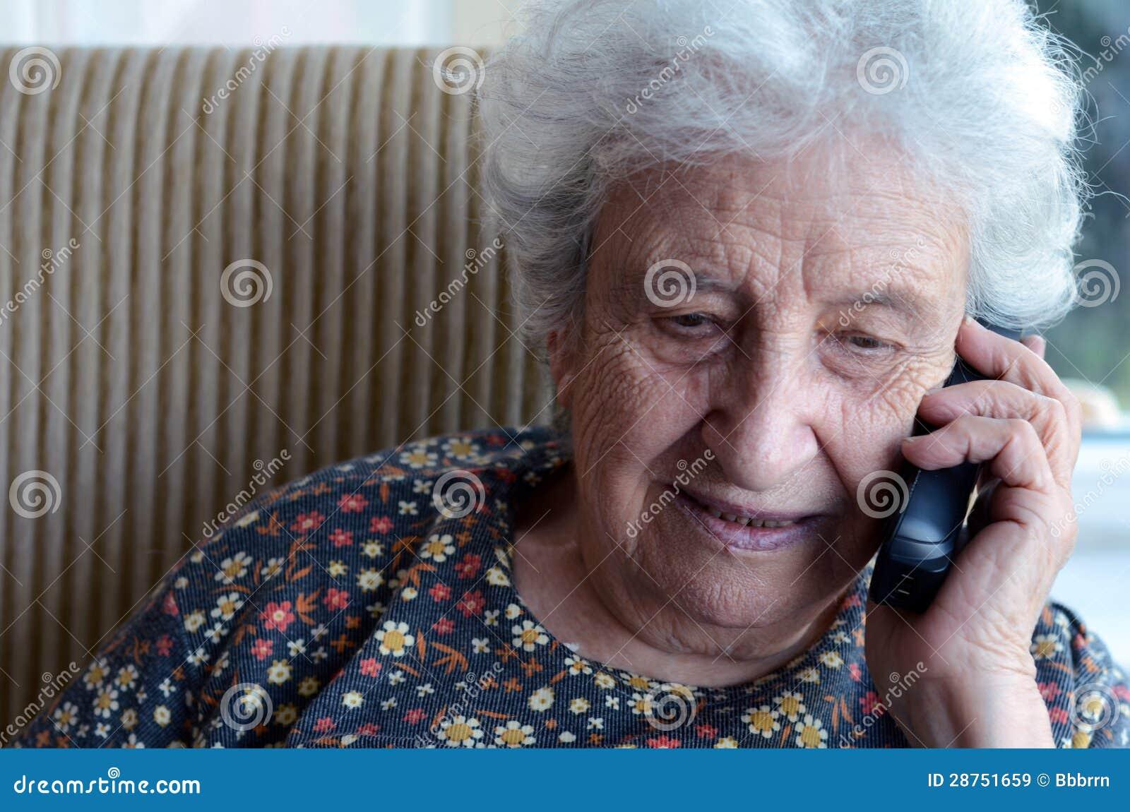 Mujer mayor preciosa en el teléfono