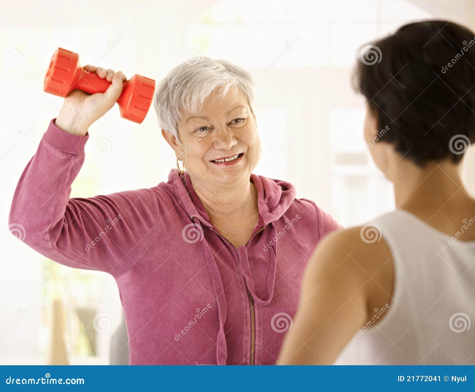 image Las mujeres mayores dominantes hacen joven