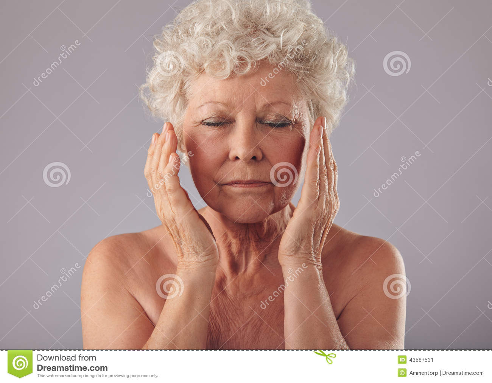 mujer mayor que toca su cara imagen de archivo imagen 43587531. Black Bedroom Furniture Sets. Home Design Ideas