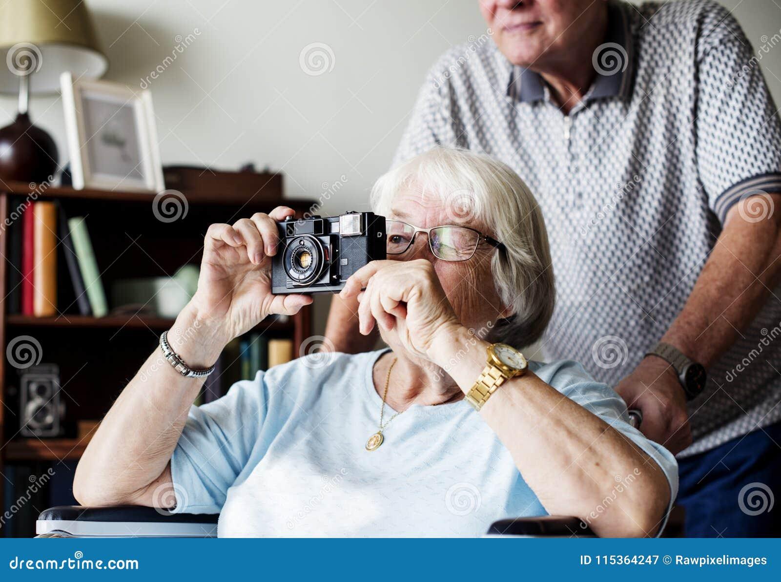 Mujer mayor que toma una imagen