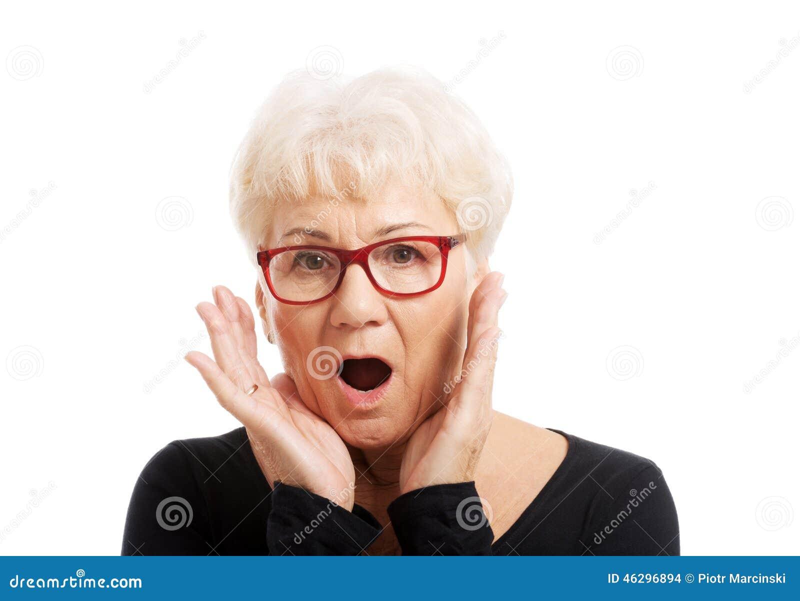 Mujer mayor sorprendida