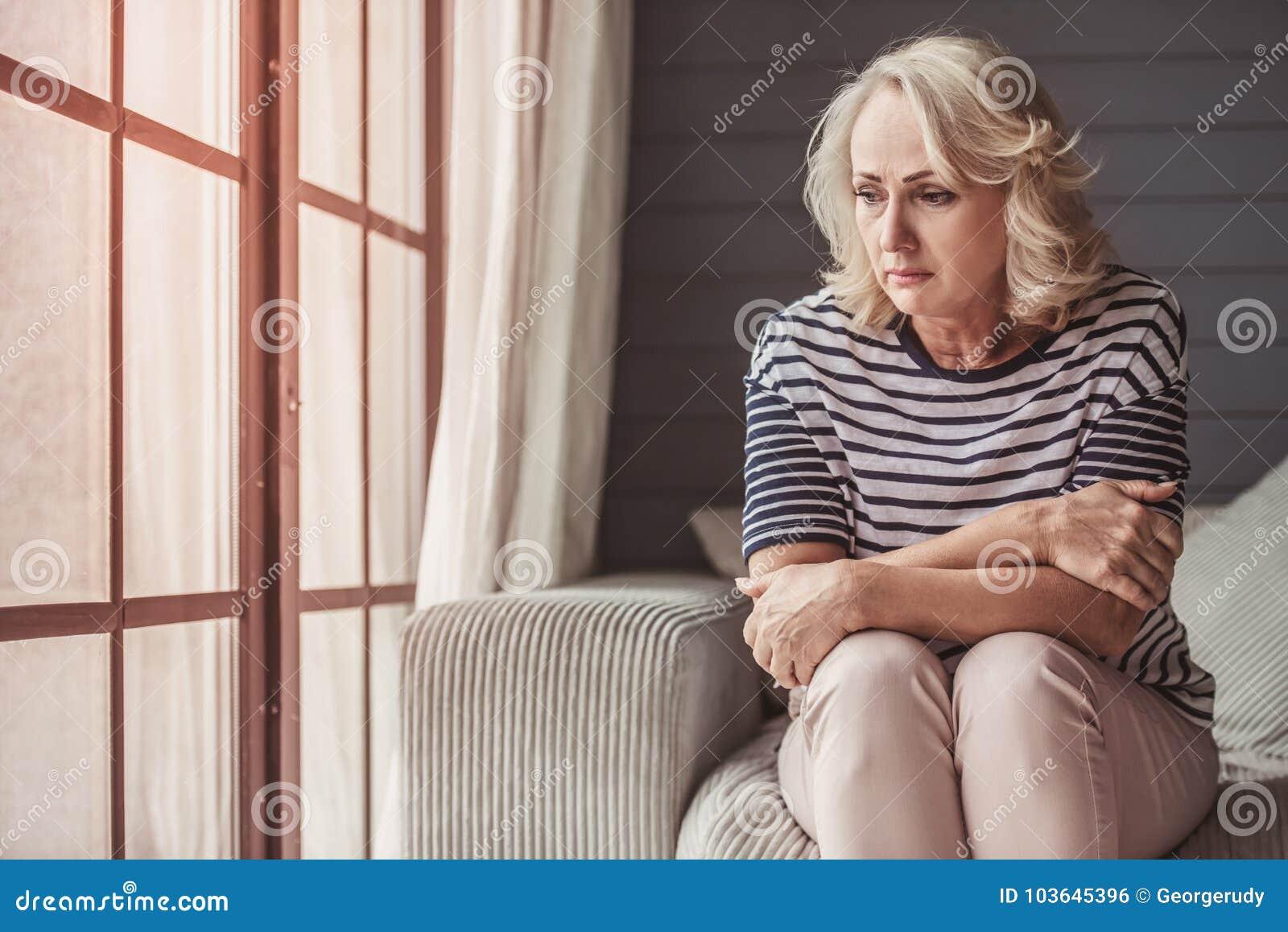Mujer mayor triste