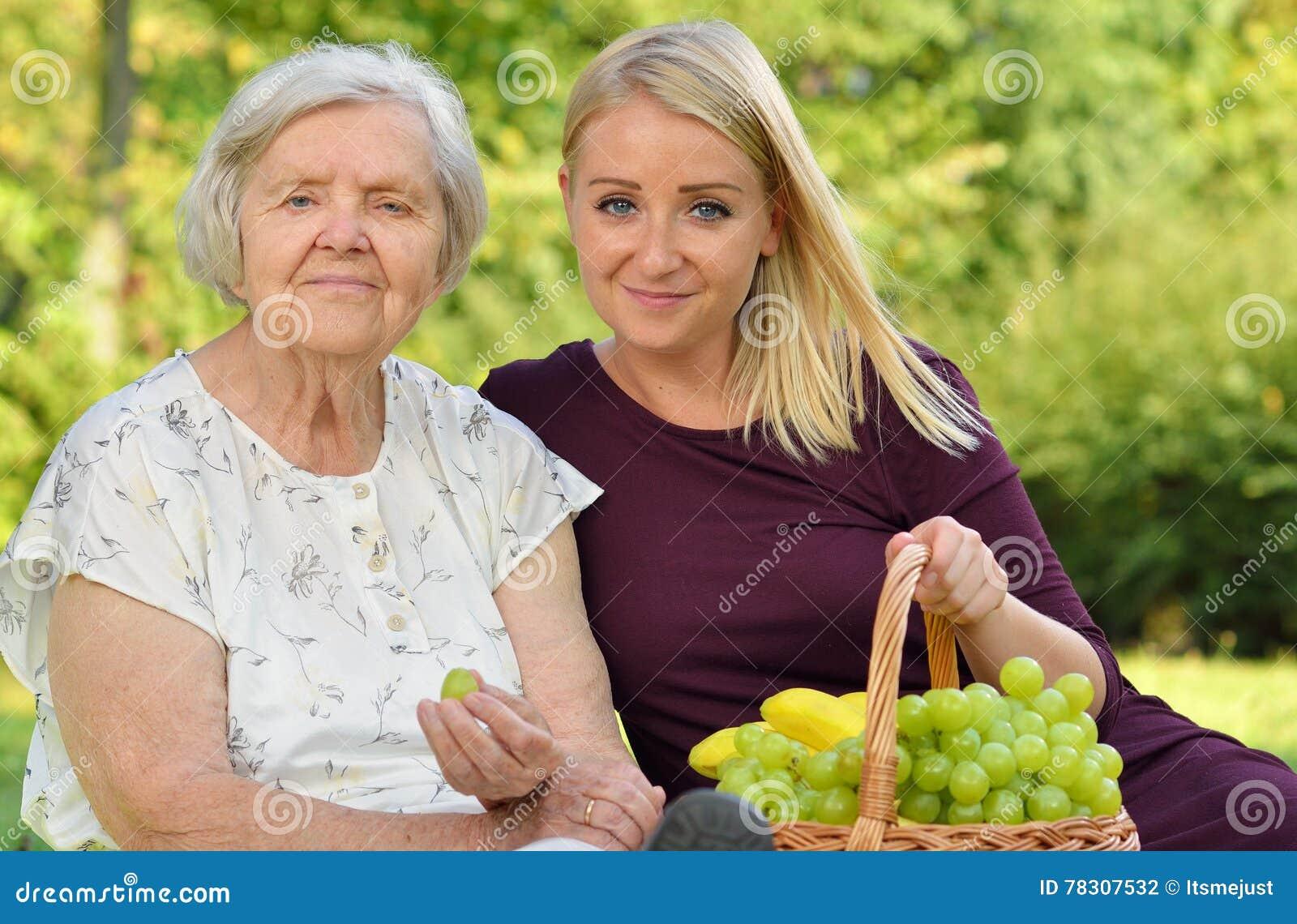 Mujer mayor y mujer joven
