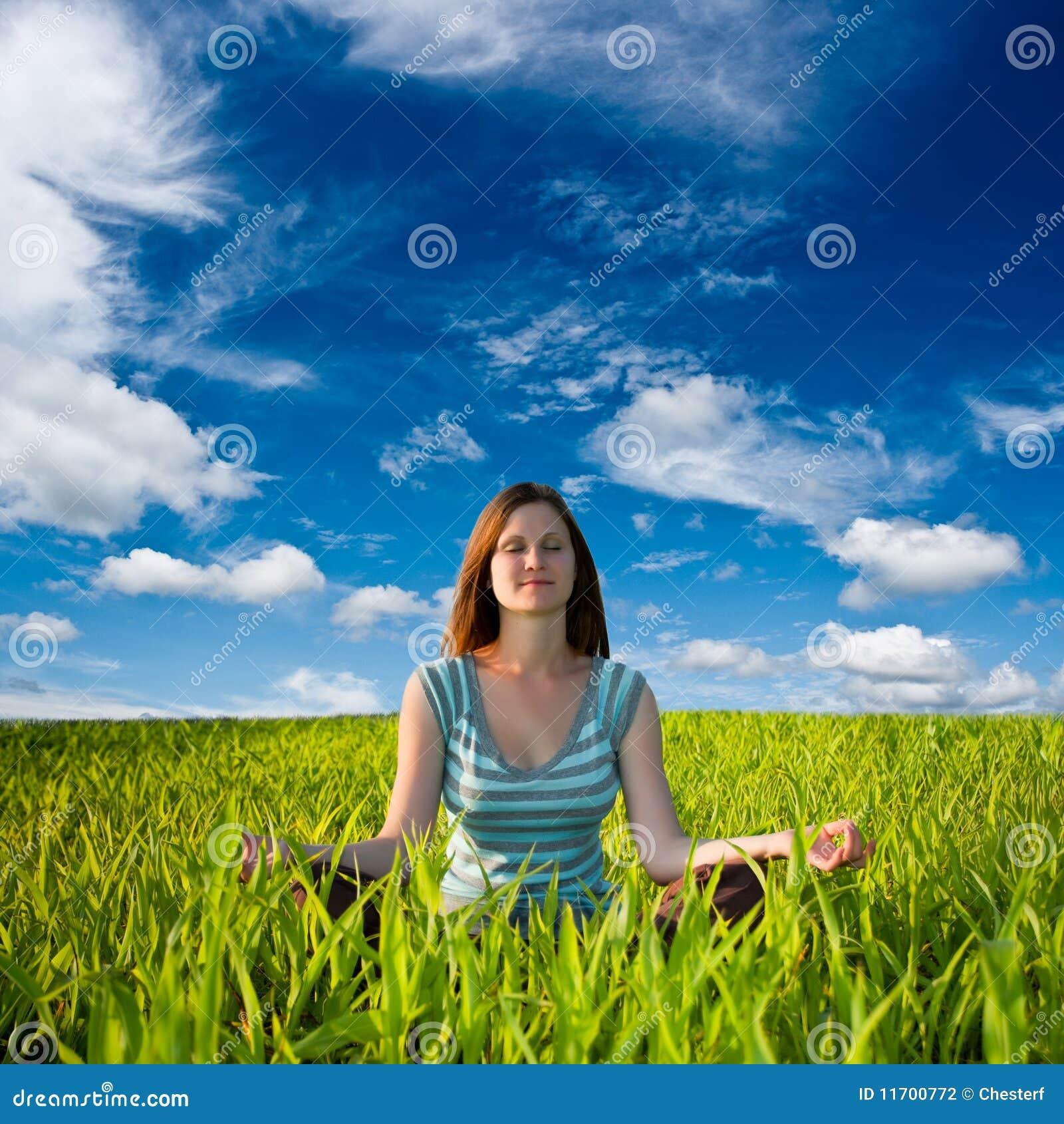Mujer meditating en campo