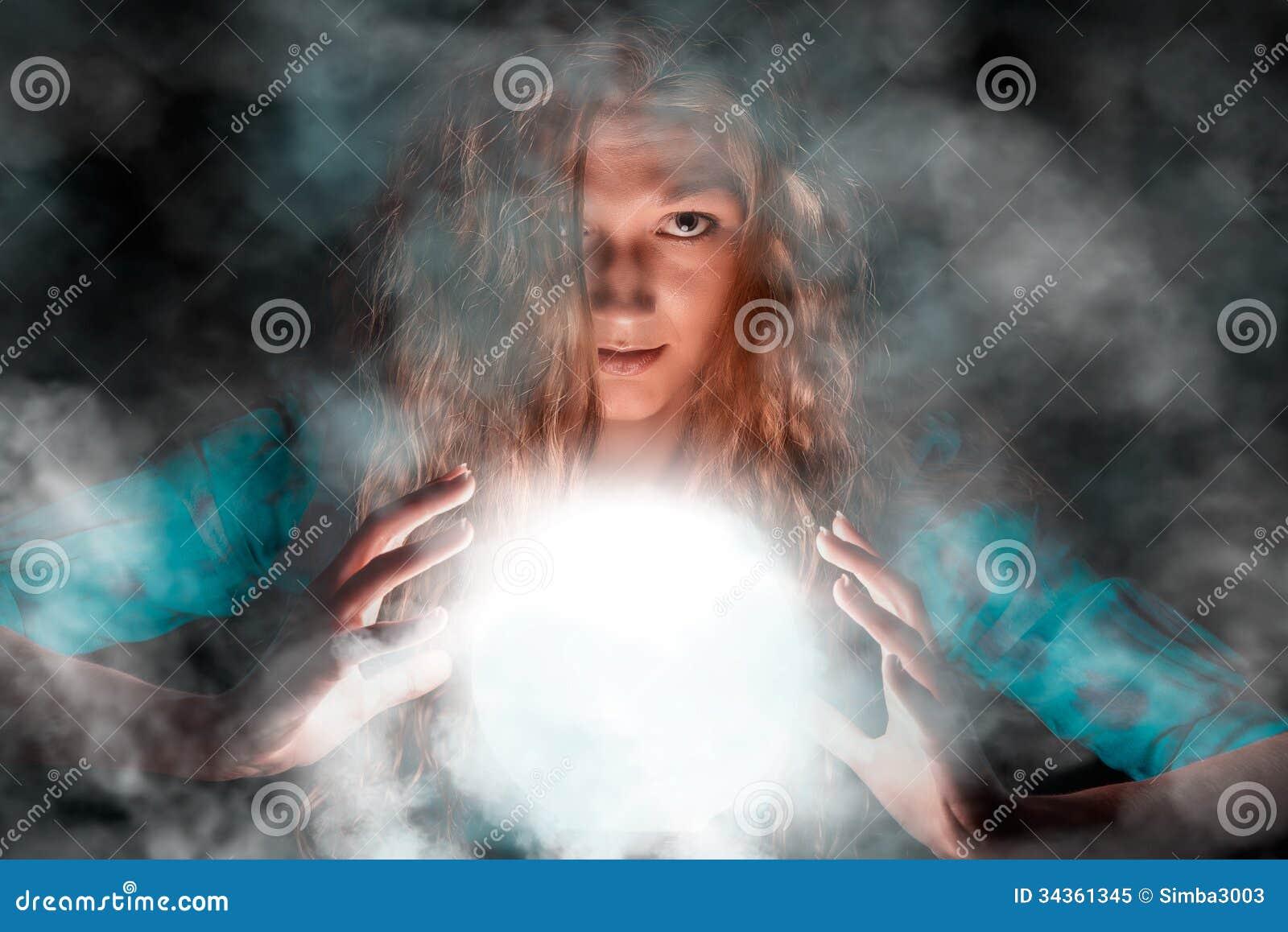 Mujer misteriosa que hace una cierta magia