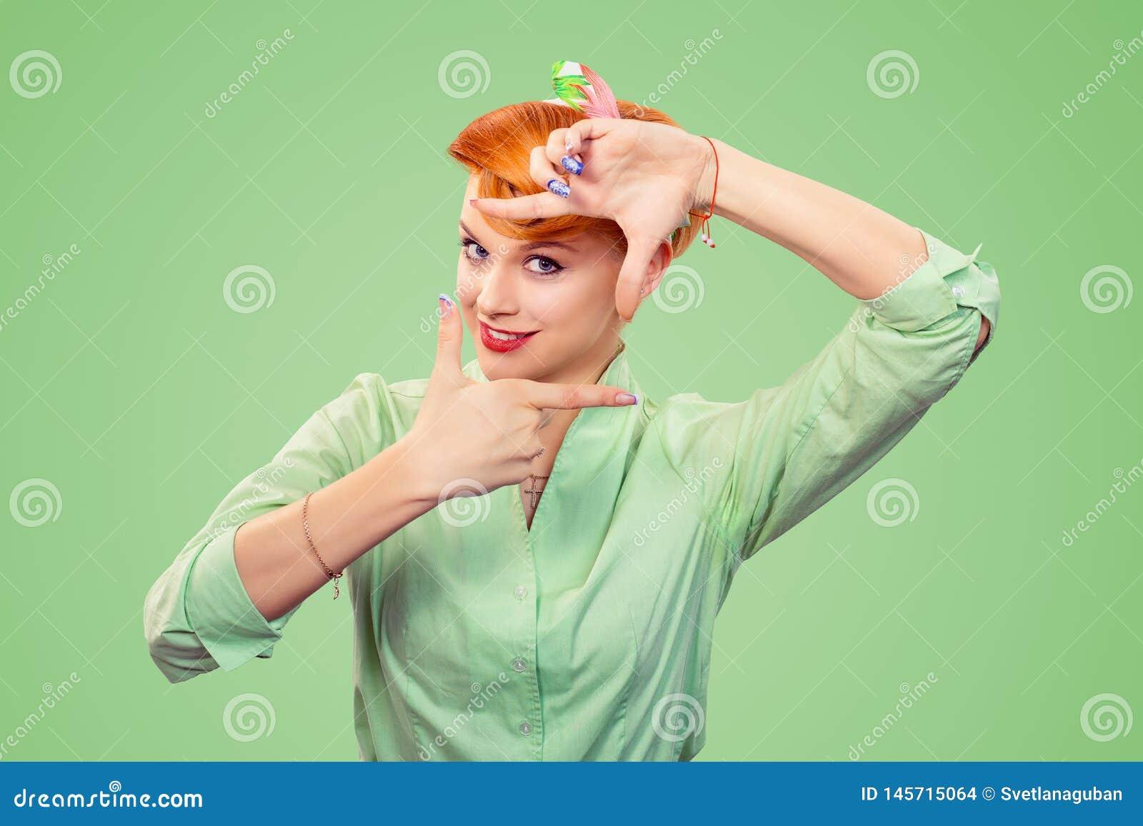 Mujer modela de la muchacha que hace gesto dominante que enmarca