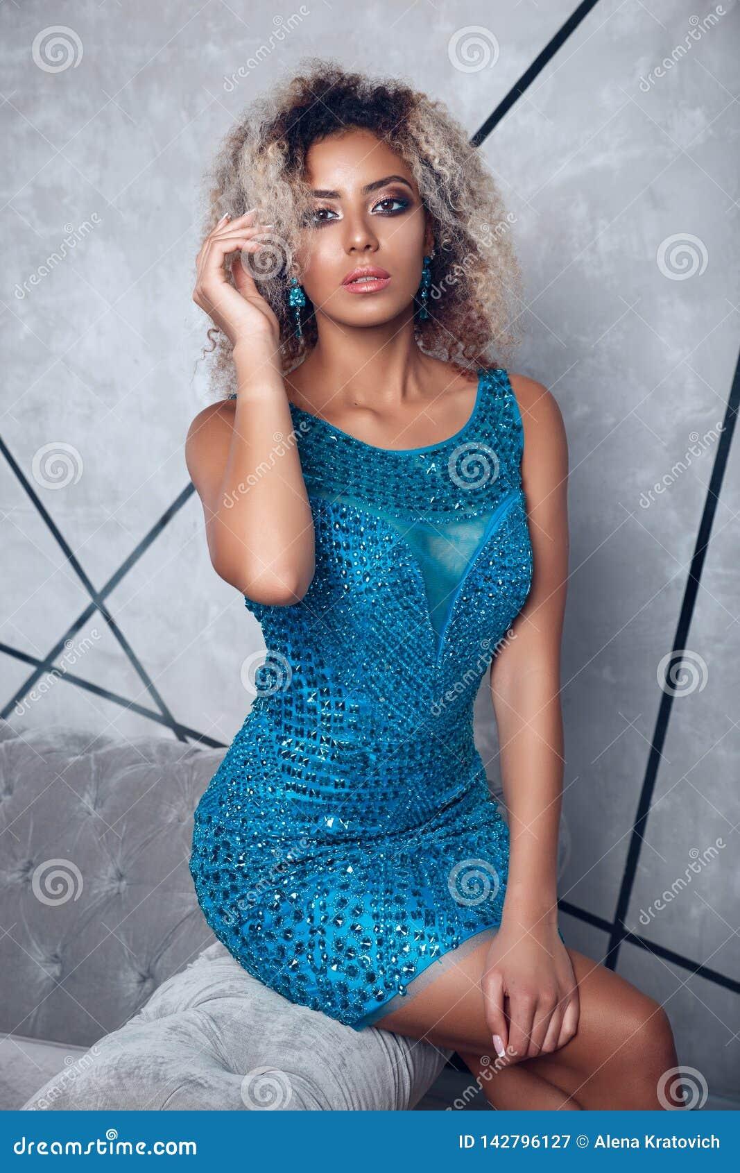 Mujer modelo afroamericana de la alta moda en los ldress brillantes azules que presentan en el estudio, retrato de la muchacha he