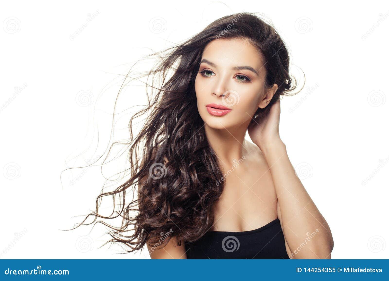 Mujer modelo bonita con el pelo marrón largo aislado en el fondo blanco