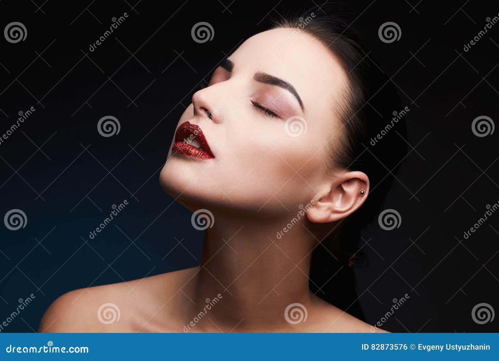 Mujer modelo de la belleza Señora magnífica hermosa Portrait del encanto Labios atractivos Maquillaje rojo de los labios de la be