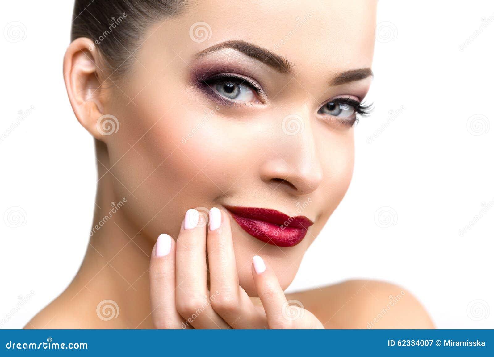 Mujer modelo hermosa en muchacha moderna joven del maquillaje del salón de belleza i