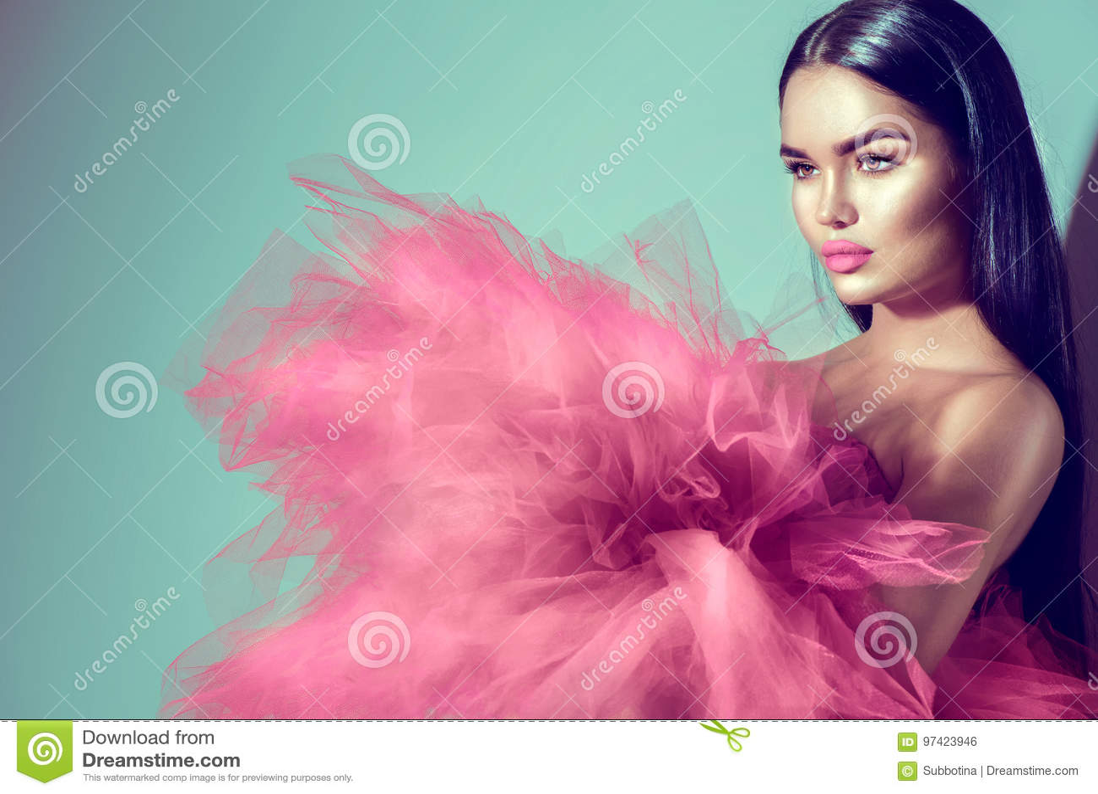 Mujer Modelo Morena Magnífica En Vestido Púrpura Foto de archivo ...