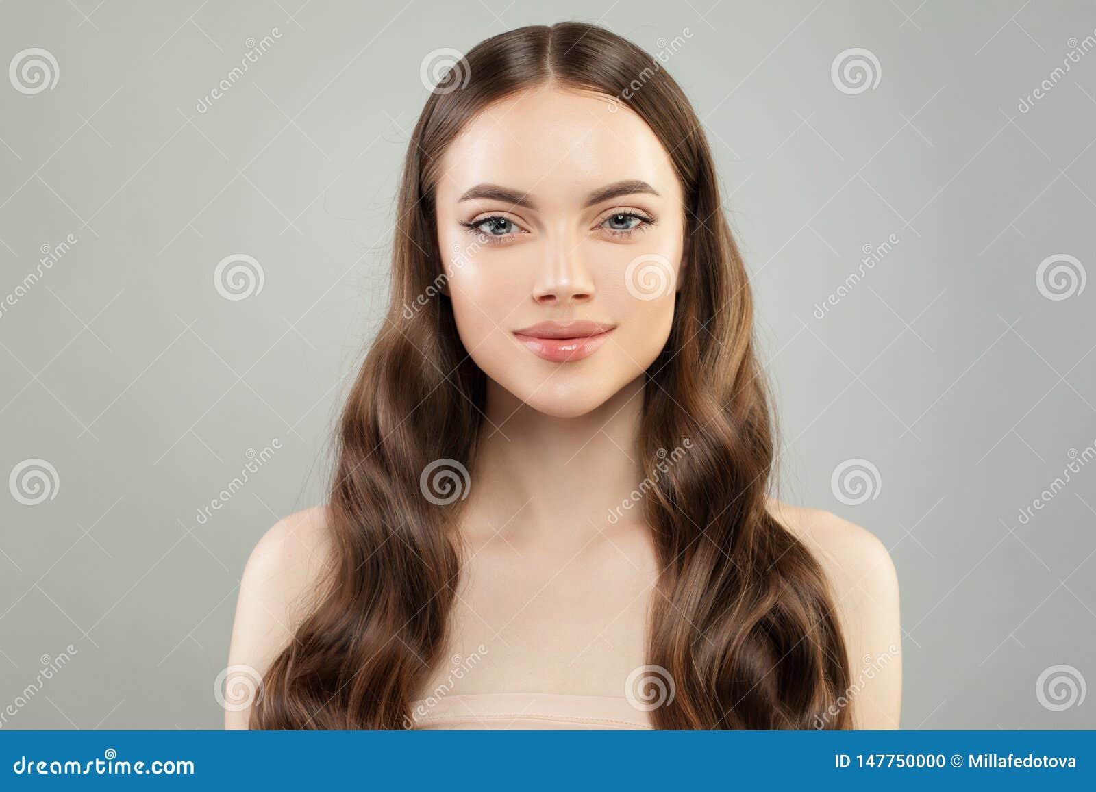 Mujer modelo sana con la piel clara y el pelo perfecto Retrato de la belleza del balneario