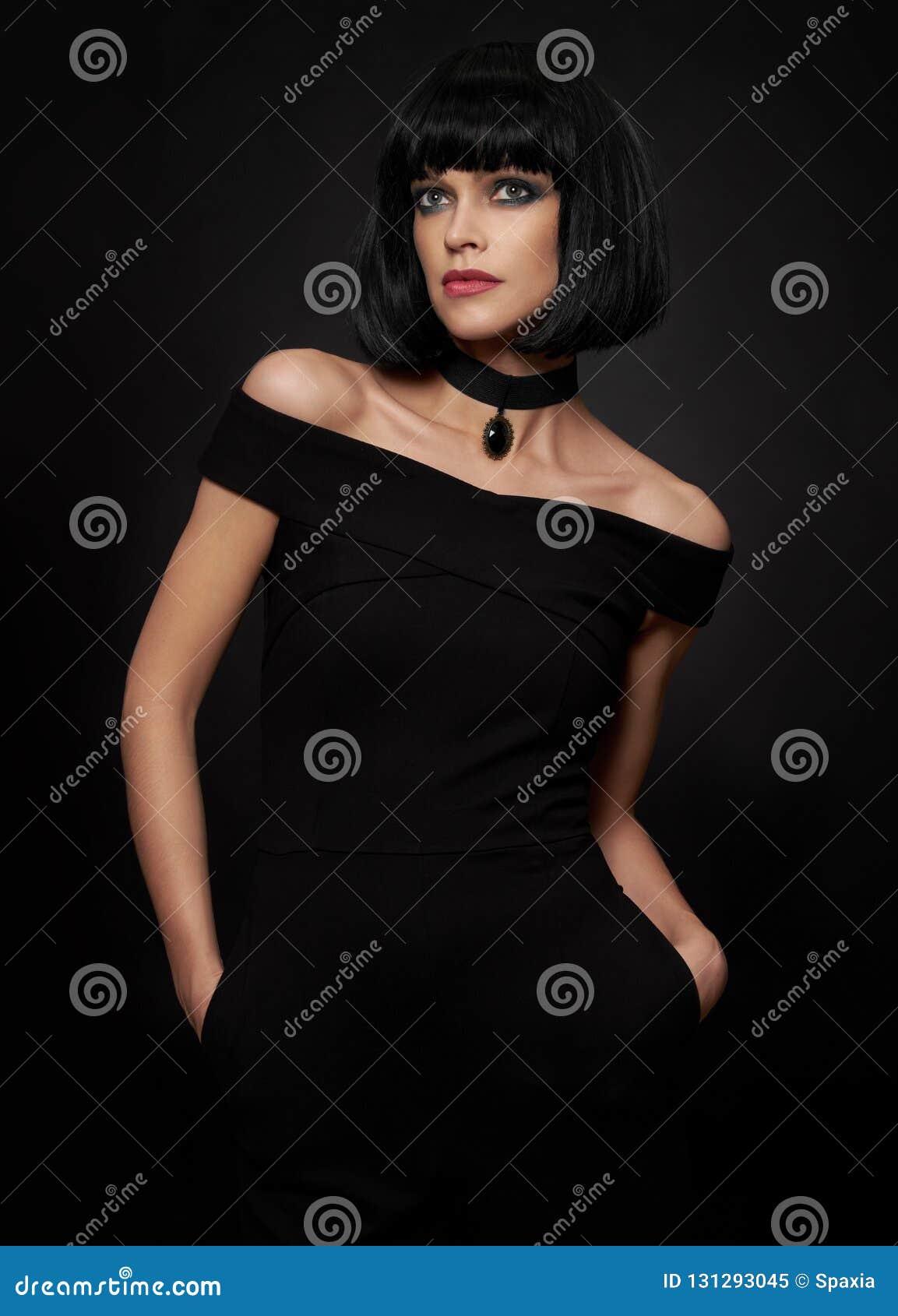 Mujer morena hermosa con el peinado del kare