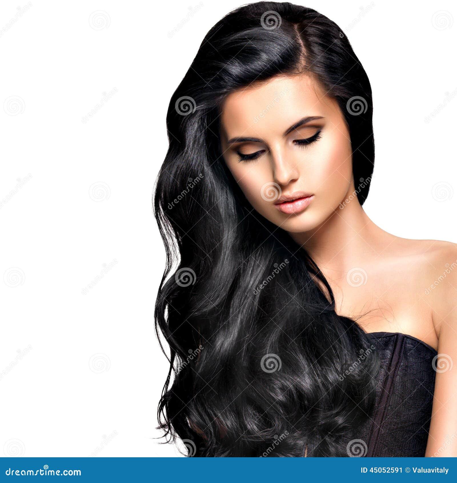 Mujer morena hermosa con el pelo negro largo