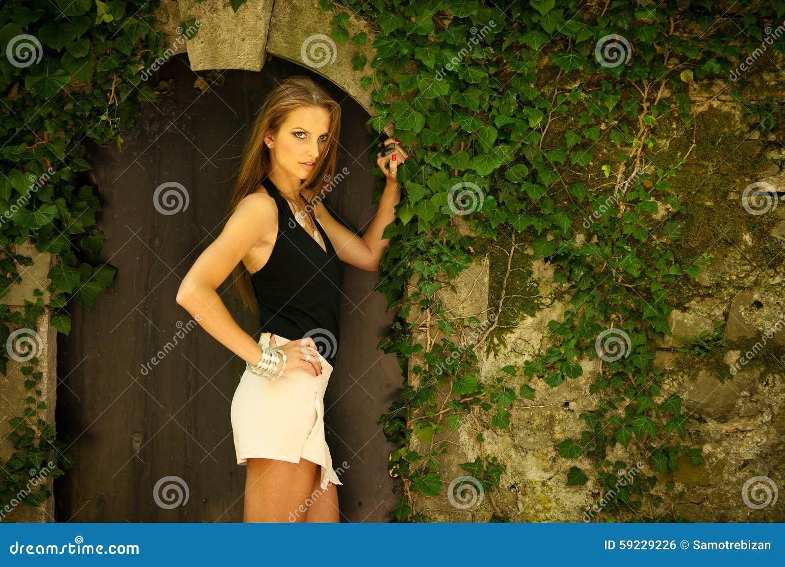 Download Mujer Morena Hermosa Del Estilo Del Blog En La Presentación De Moda Del Vestido Foto de archivo - Imagen de fondo, cara: 59229226
