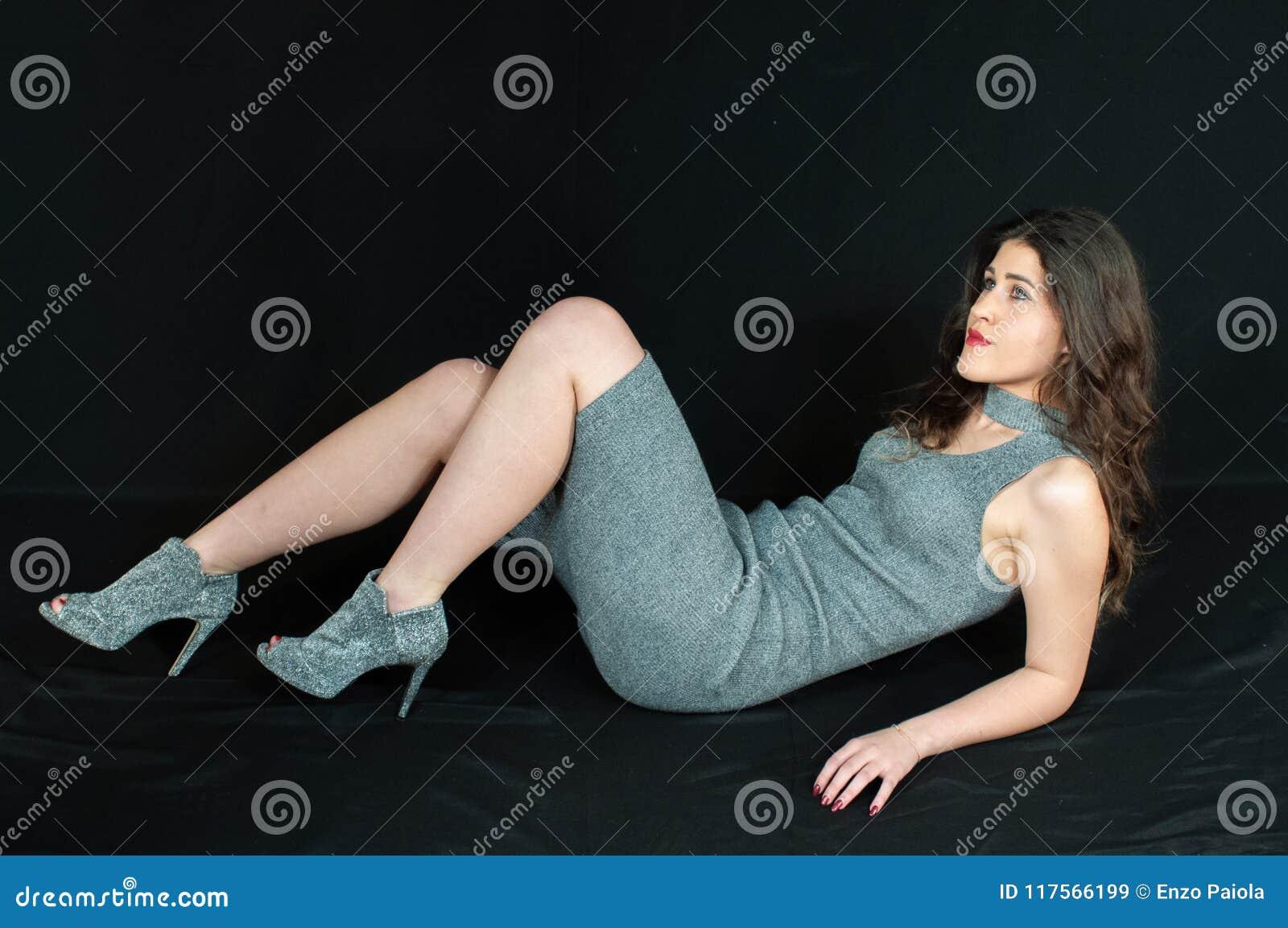 Mujer Morena Hermosa Sensual Juegos Que Mienten En La