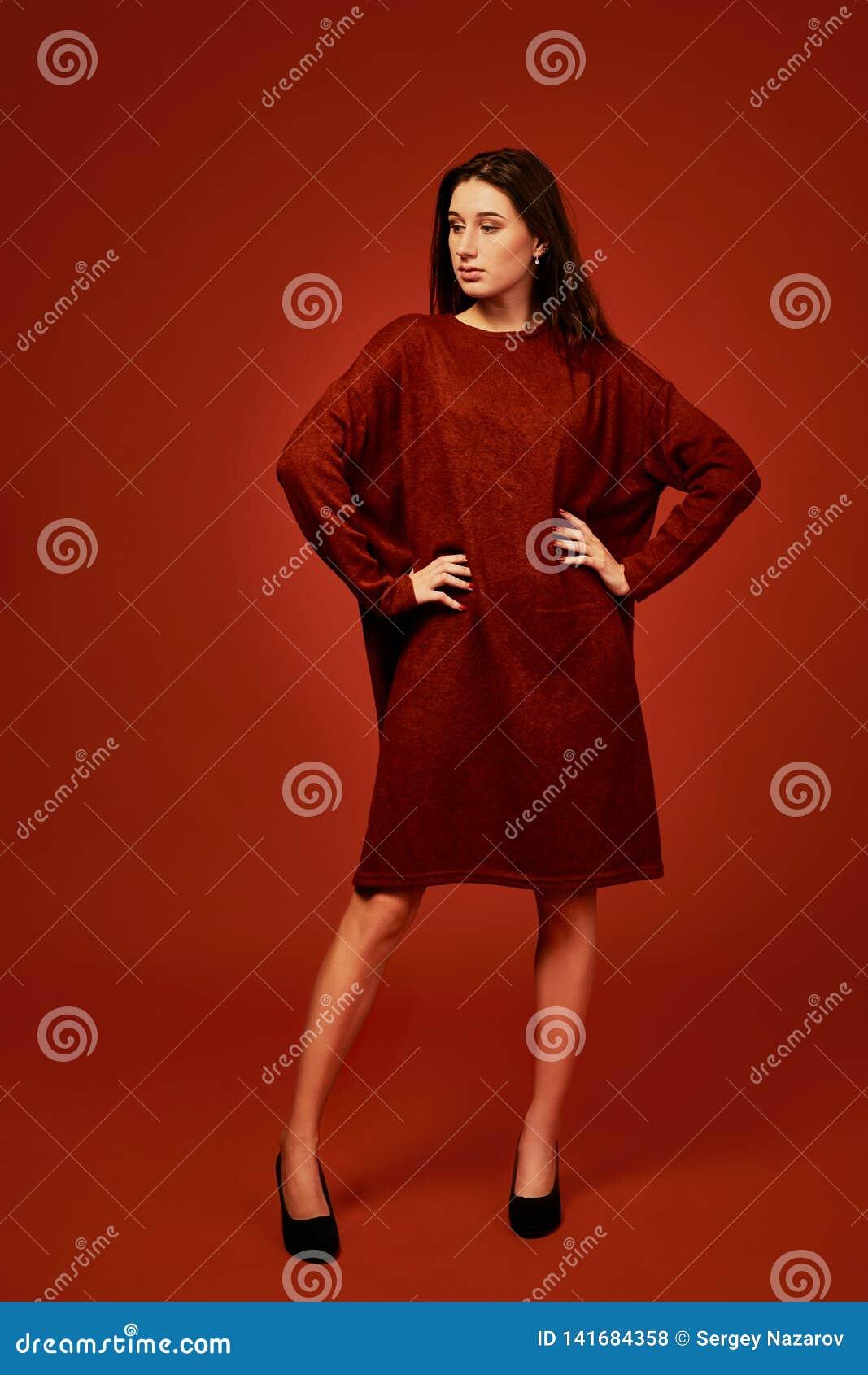 Mujer morena joven hermosa en el vestido agradable del boho del verano, presentando en un estudio Foto del verano de la primavera