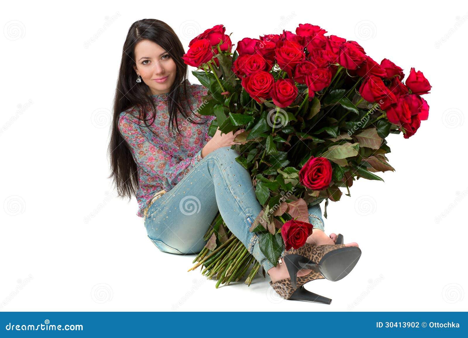 Mujer morena que sostiene un ramo grande de rosas rojas - Ramos de flores grandes ...