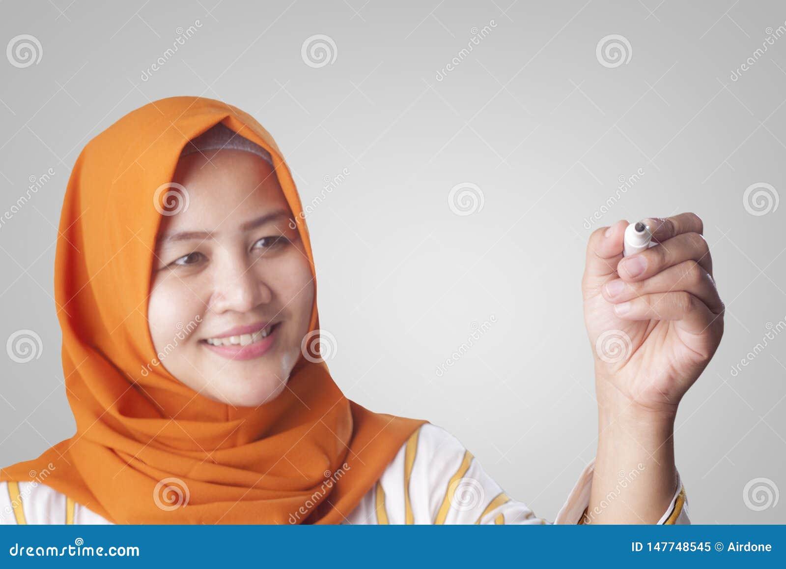 Mujer musulm?n que escribe en la pantalla virtual