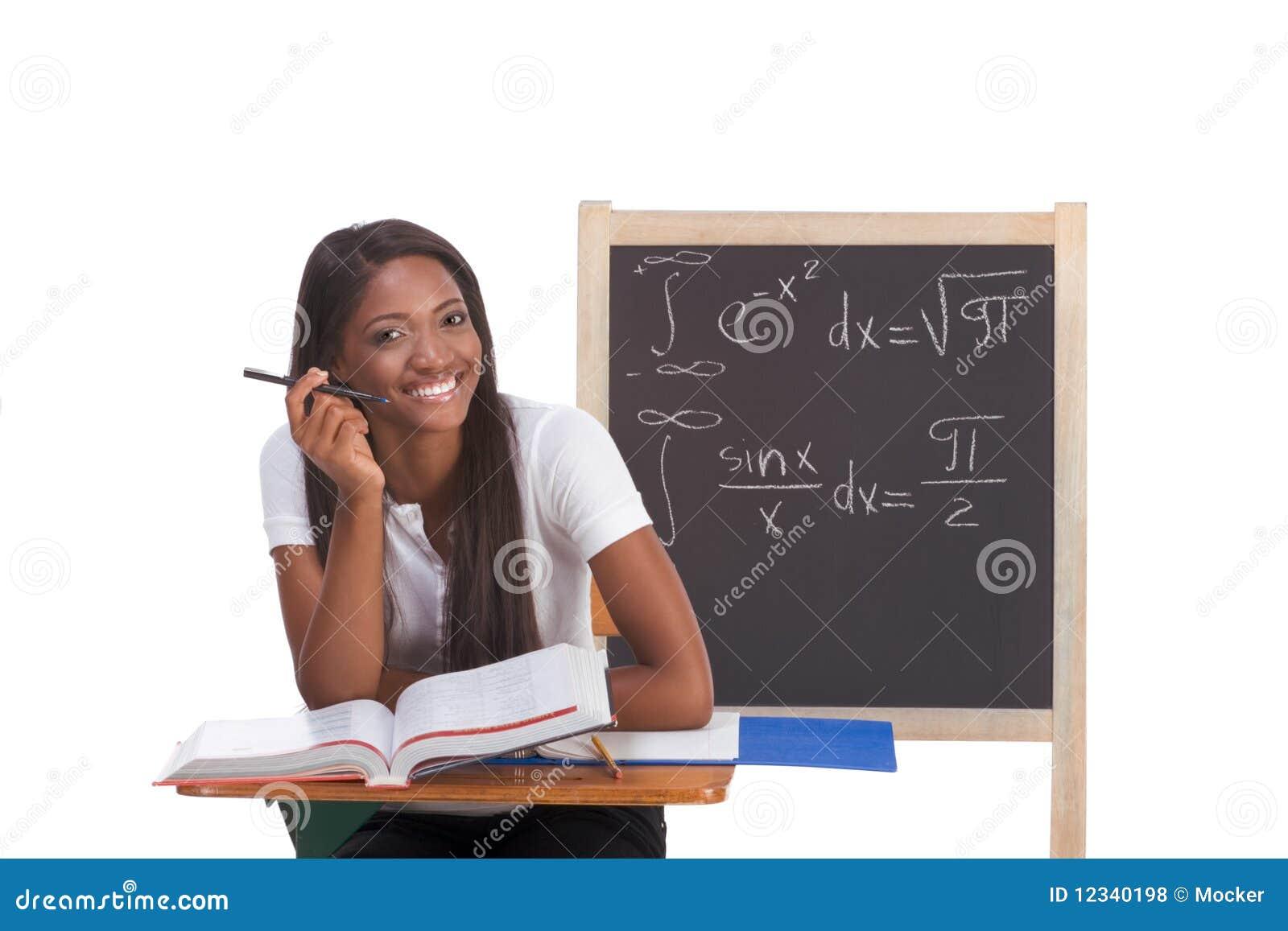 Mujer negra del estudiante universitario que estudia el examen de la matemáticas