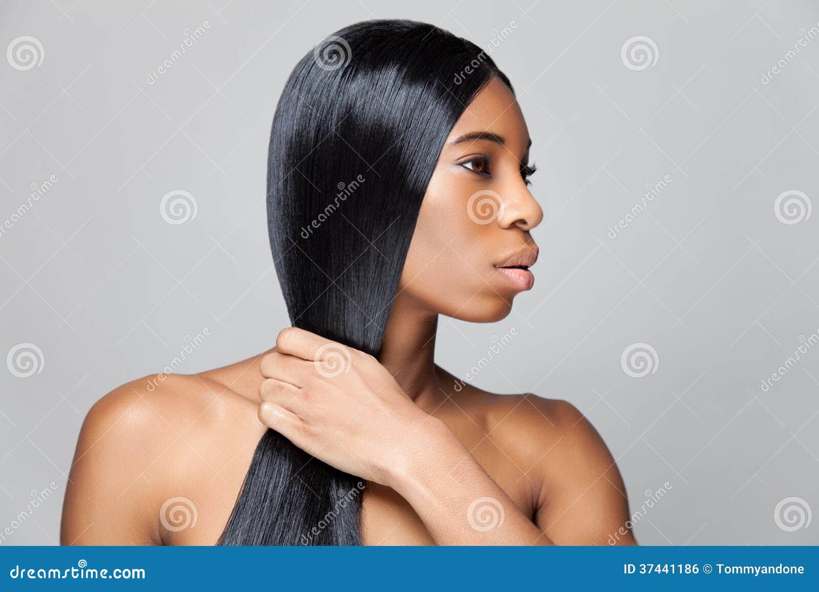 Mujer negra hermosa con el pelo recto largo