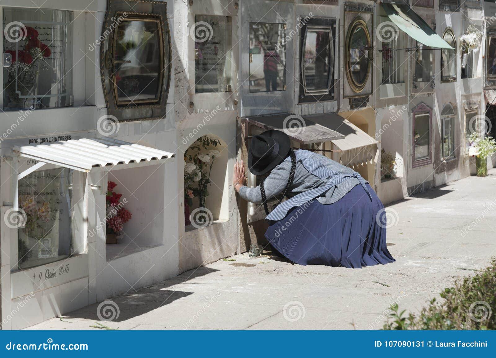 Mujer no identificada cerca de sepulcros en el cementerio municipal de Cementerio en Sucre, Bolivia