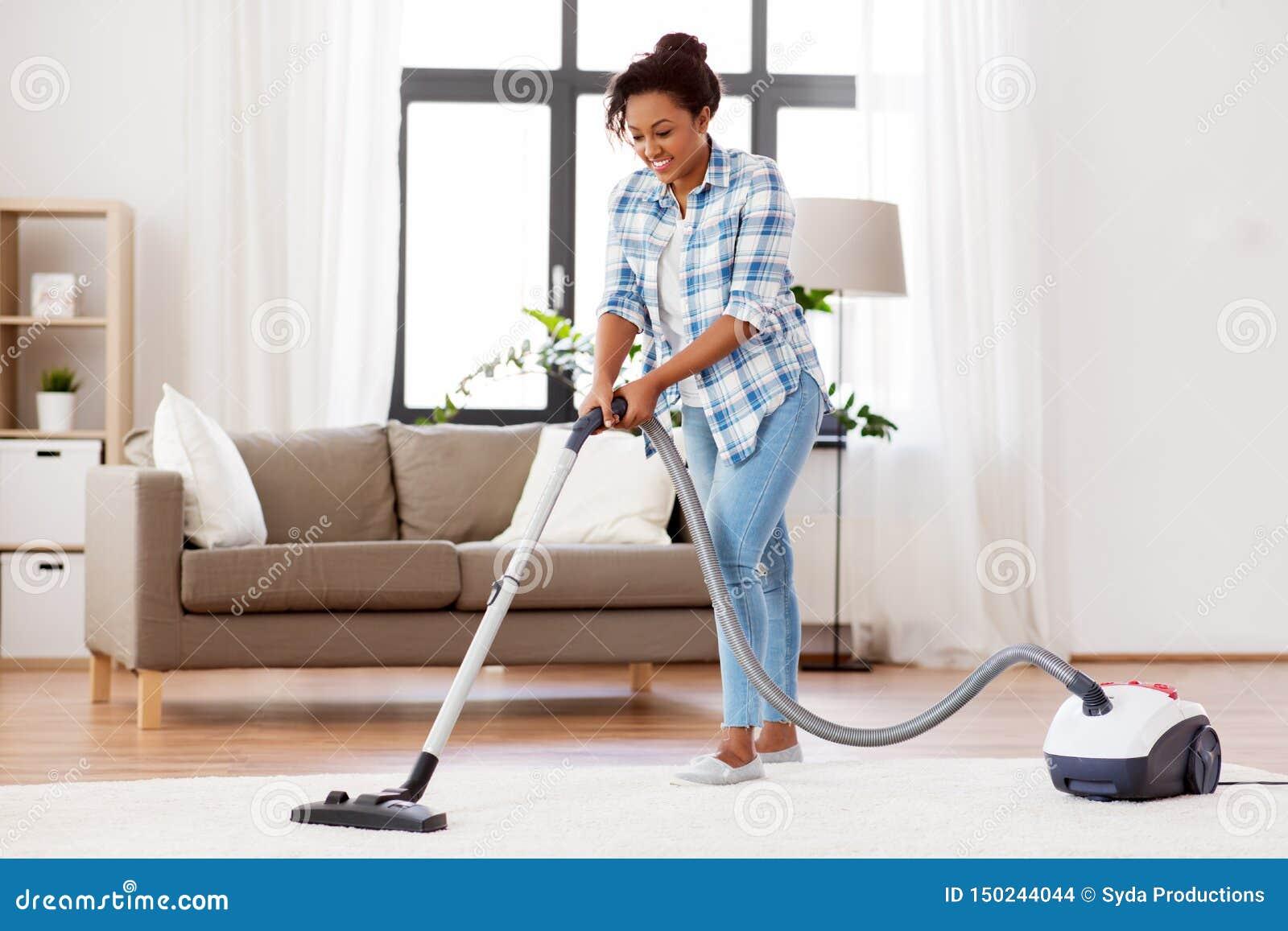 Mujer o ama de casa con el aspirador en casa