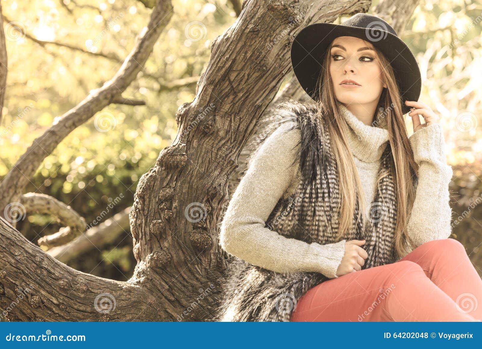 Mujer otoñal hermosa en parque