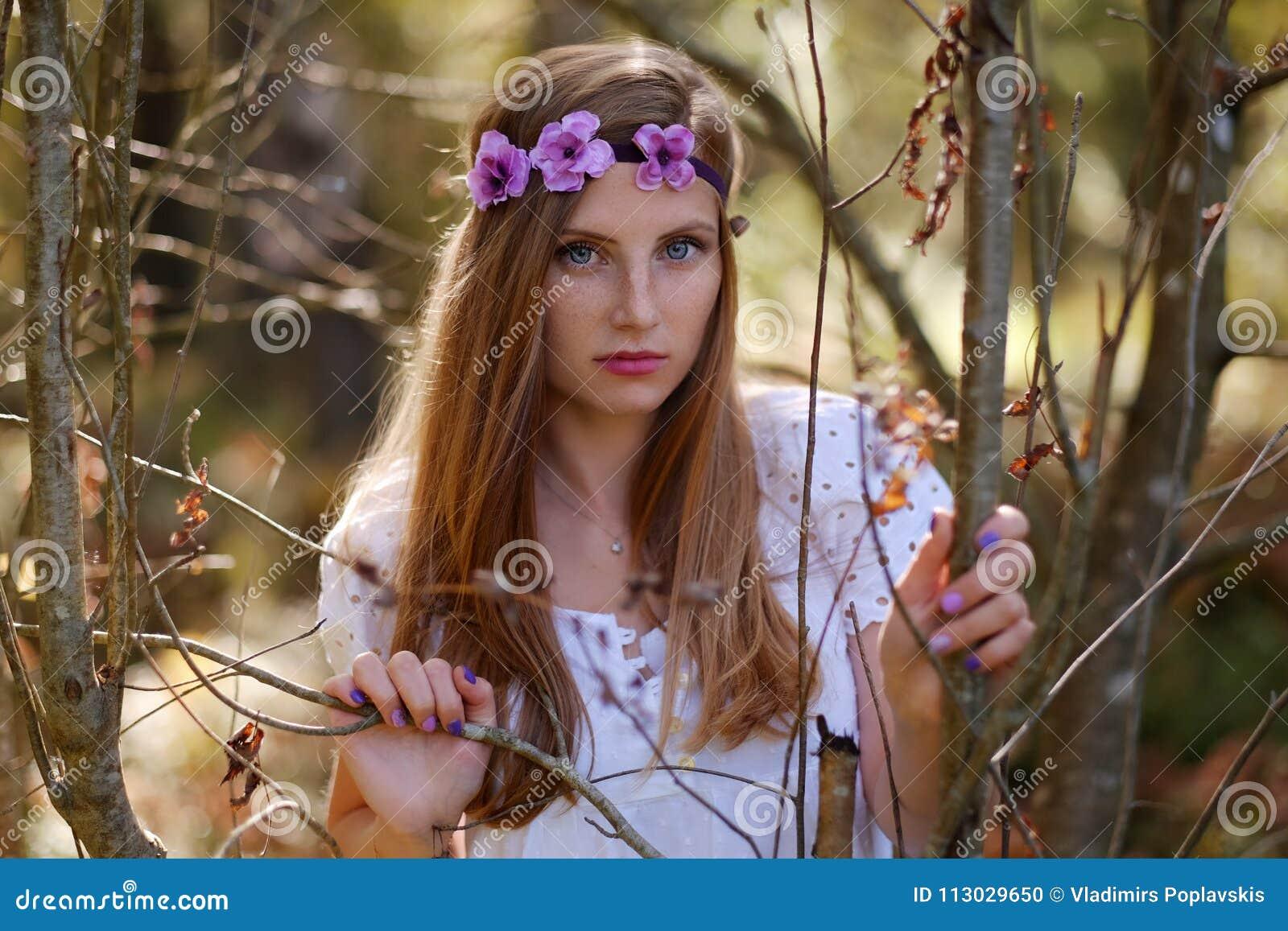 Mujer pecosa con el anillo de la flor en su cabeza