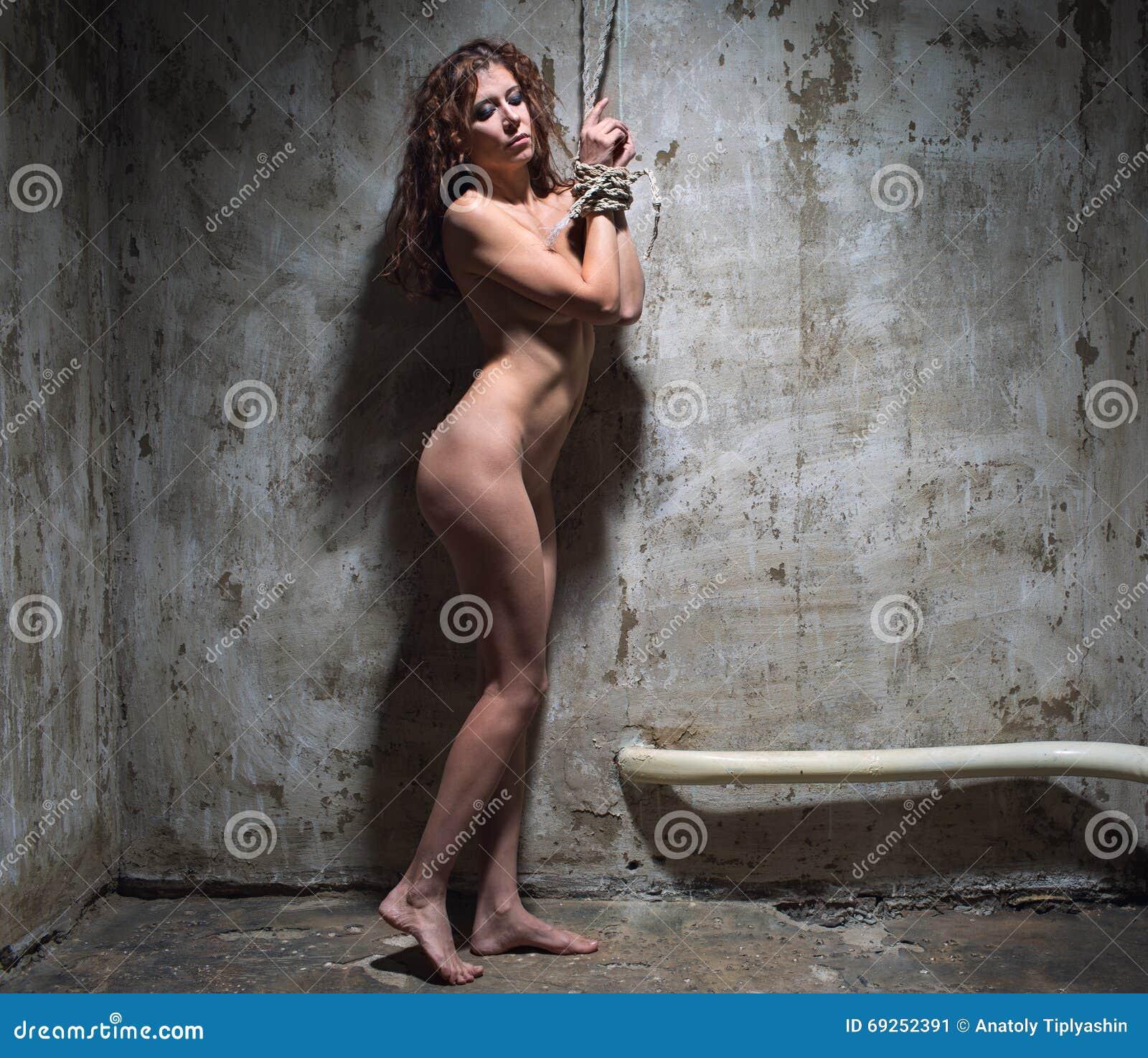Mujer Pelirroja Desnuda Atada Con Una Cuerda Imagen De Archivo