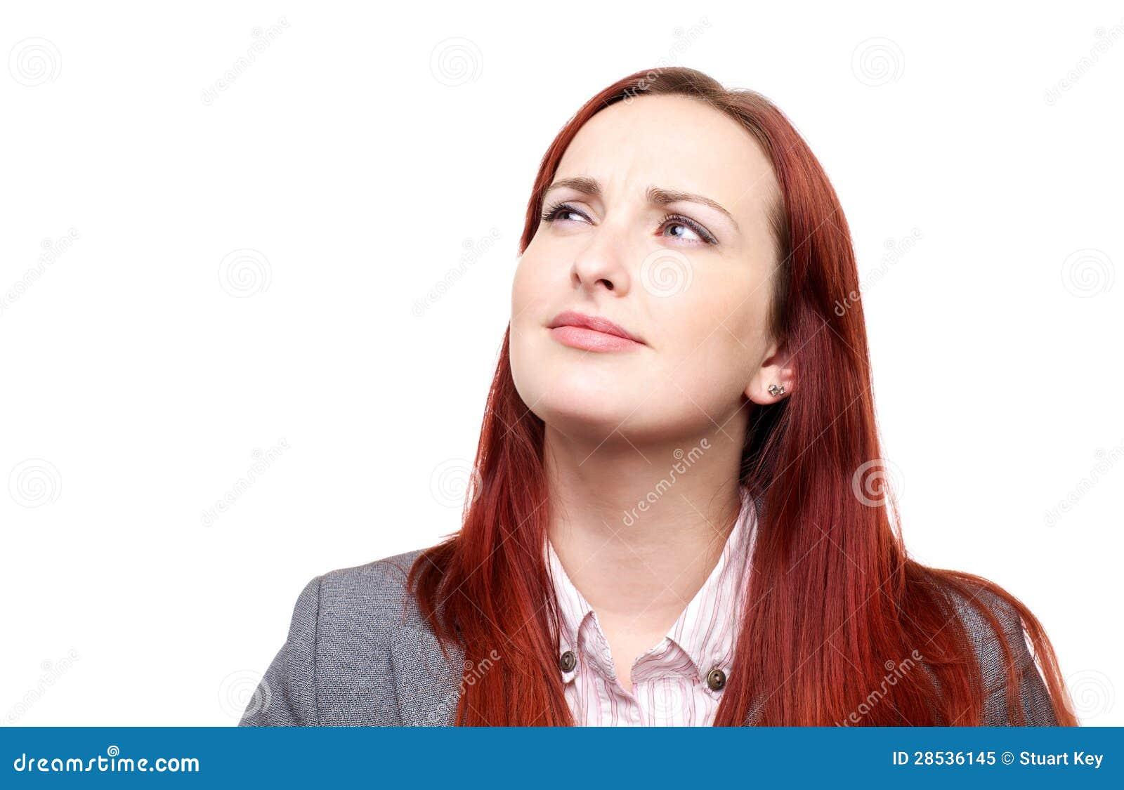Mujer pensativa con un ceño fruncido