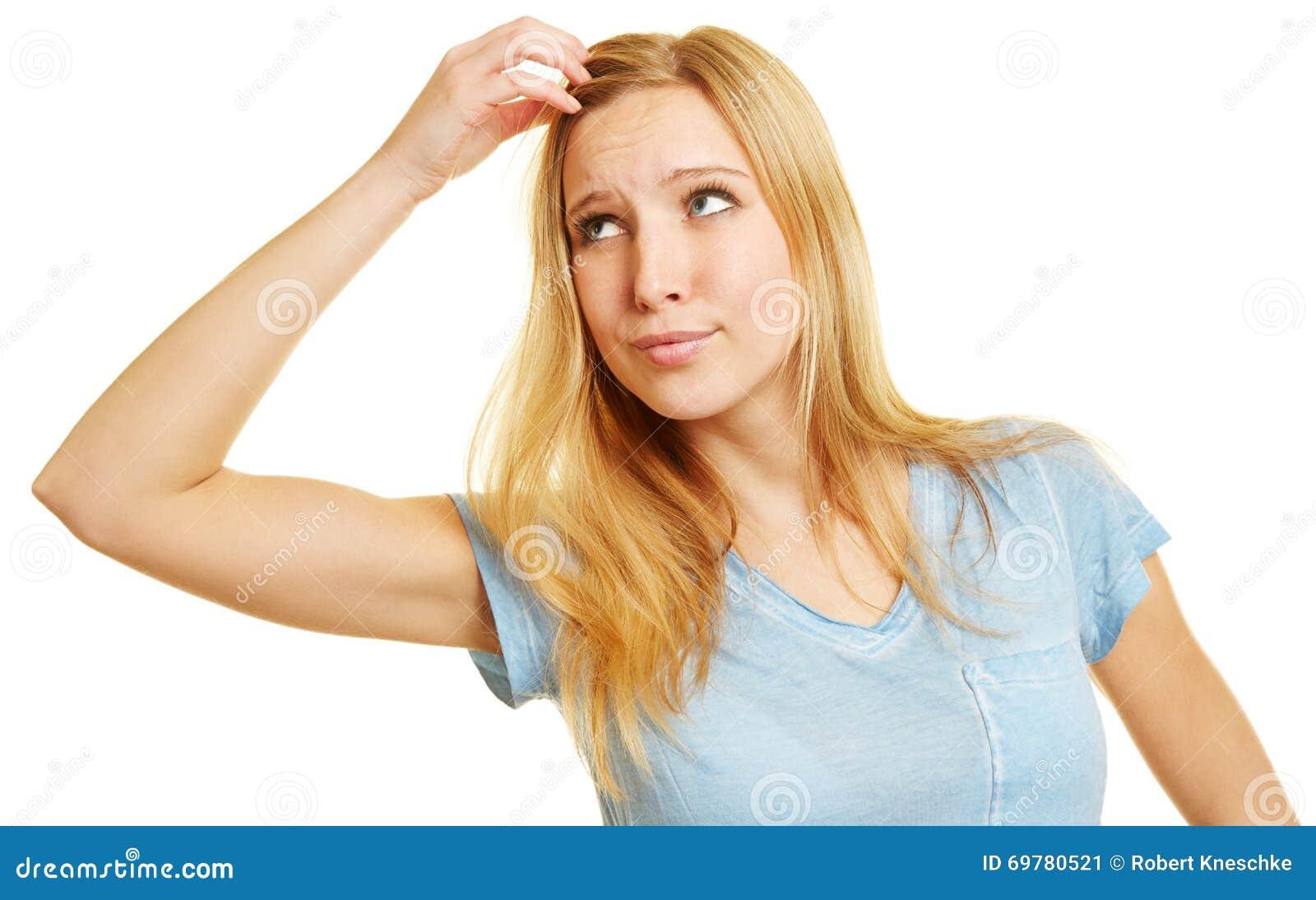 Mujer pensativa que rasguña su cabeza