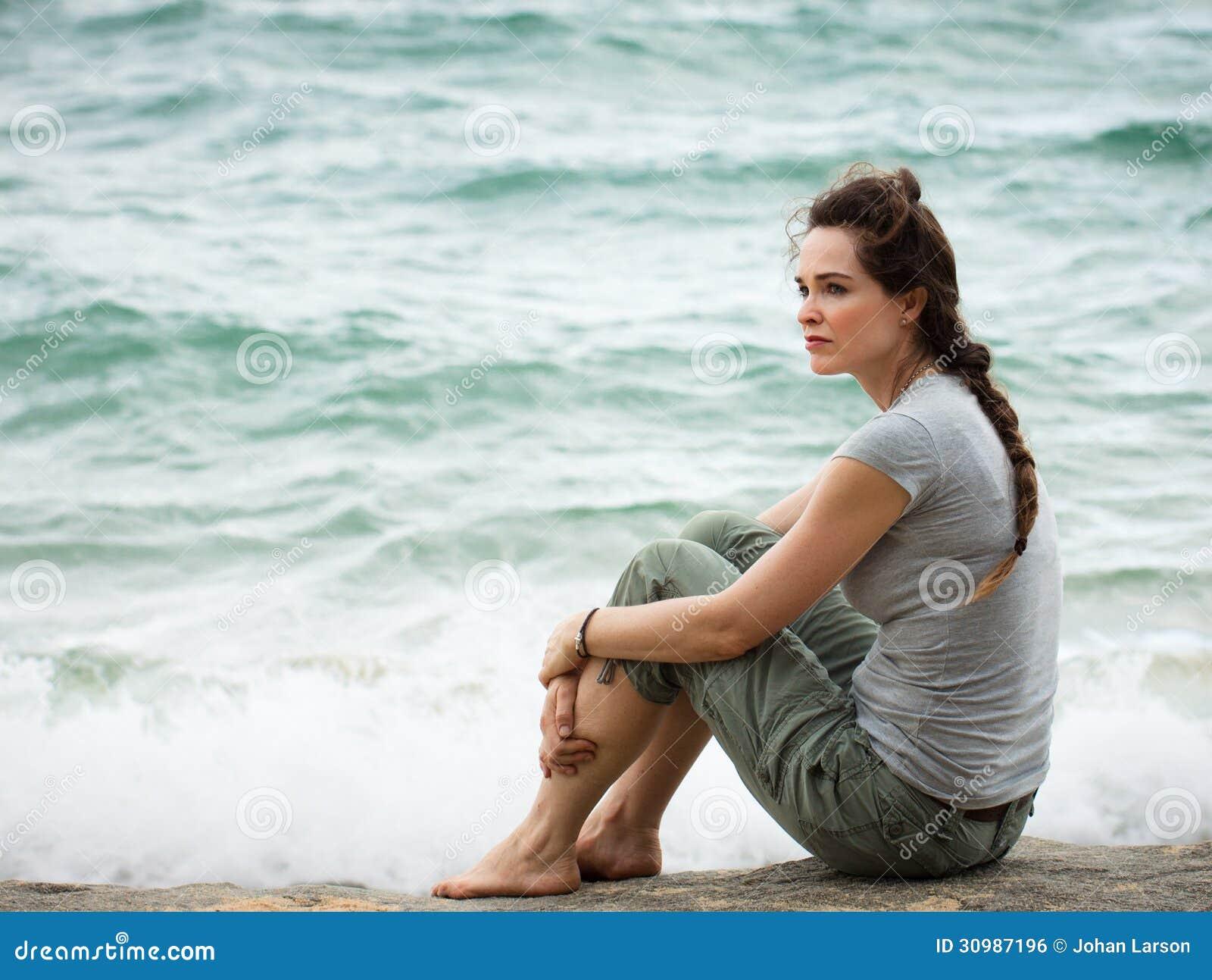 Mujer pensativa triste