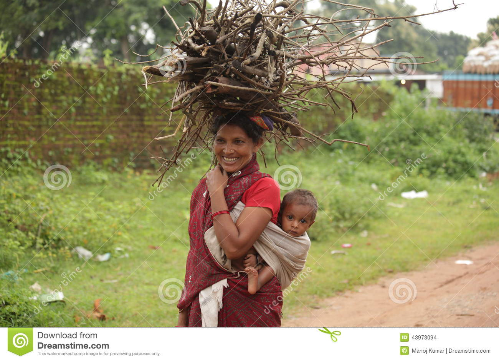 Mujer pobre feliz