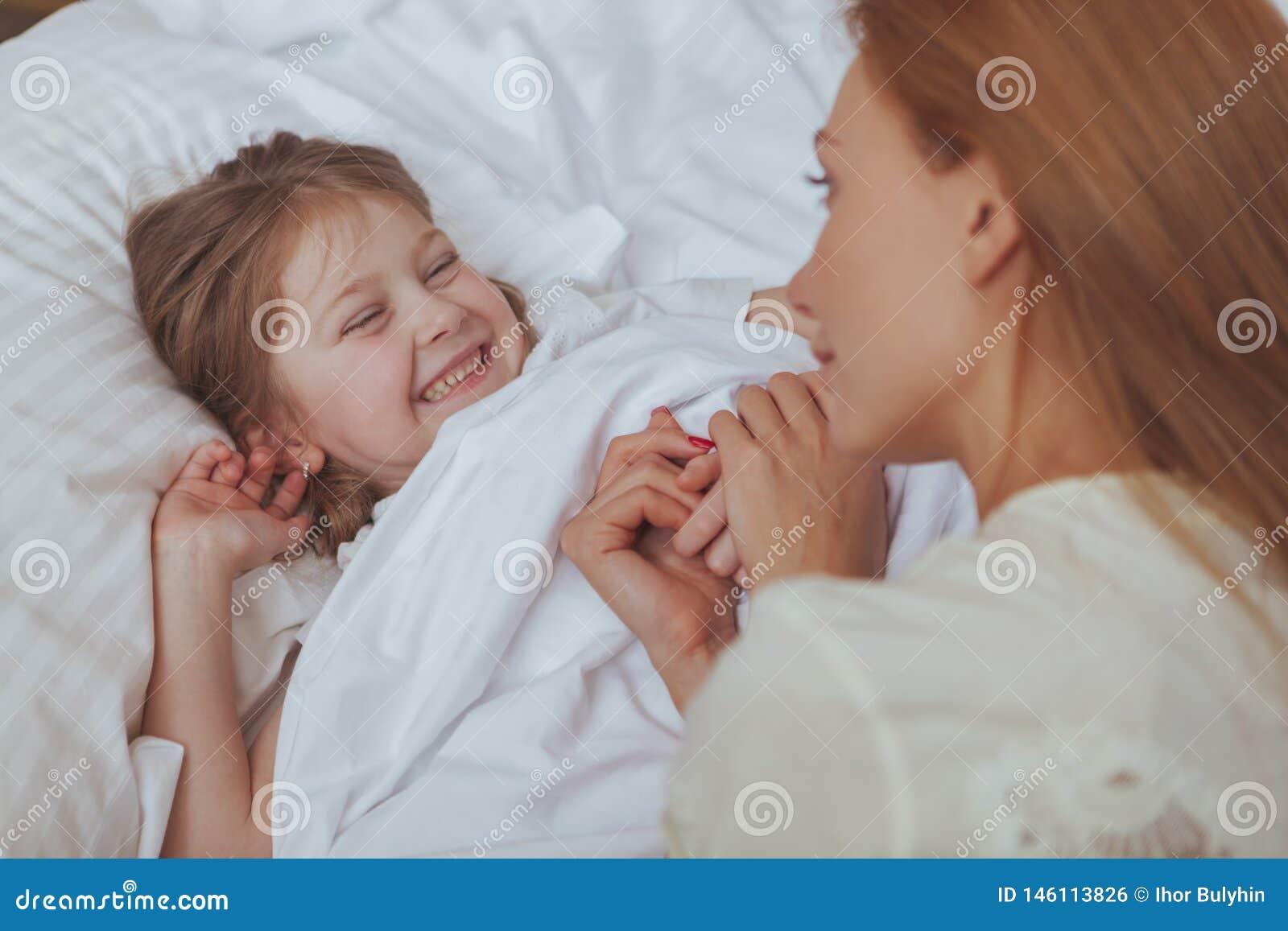Mujer preciosa que mira su dormir de la hija