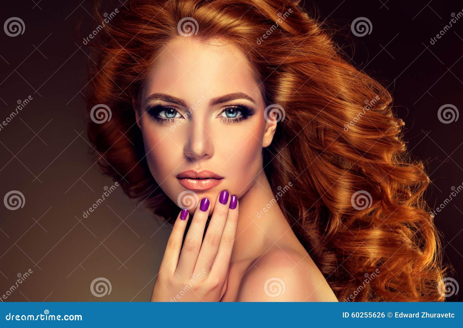 Mujer principal roja de la imagen de moda y clavos púrpuras