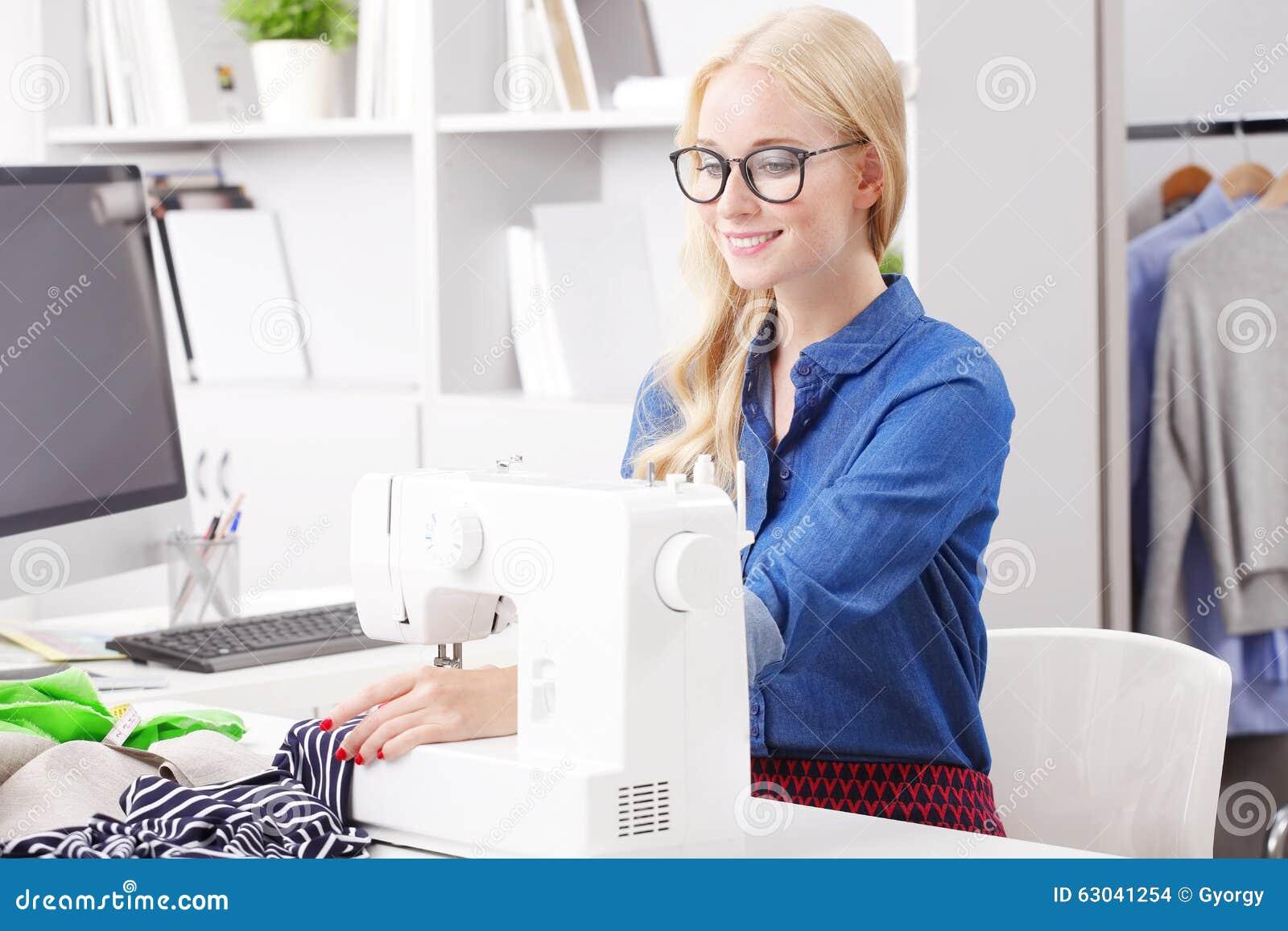 Mujer profesional rubia foto de archivo. Imagen de ayudante - 63041254