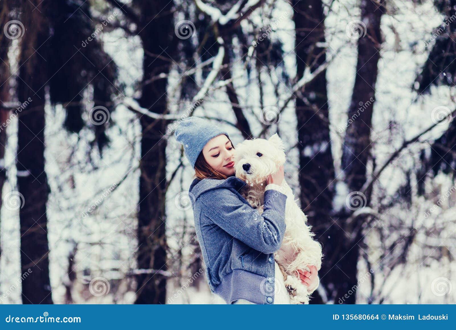 Mujer que abraza un perro